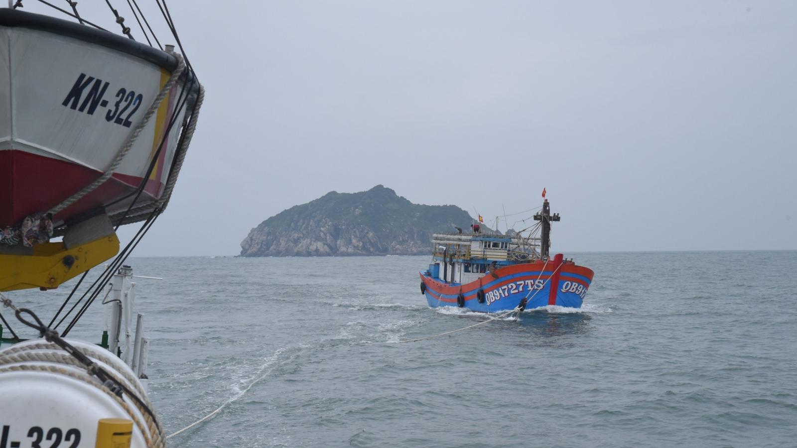 Chi đội Kiểm ngư số 3 giúp ngư dân miền Trung vươn khơi bám biển