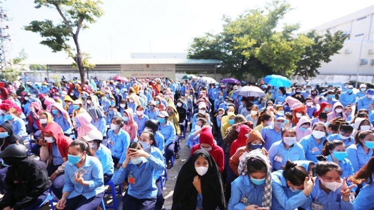 Thousands of workers queue for COVID-19 testing in Da Nang