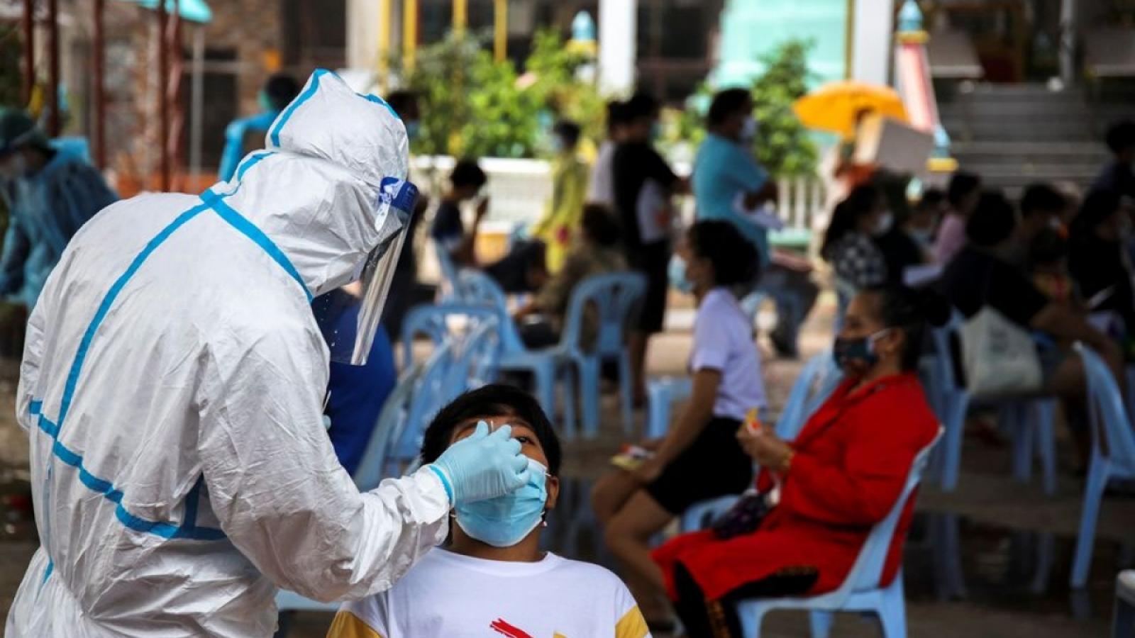 Số ca mắc COVID-19 ở Thái Lan tăng mạnh, thách thức năng lực ứng phó của hệ thống y tế