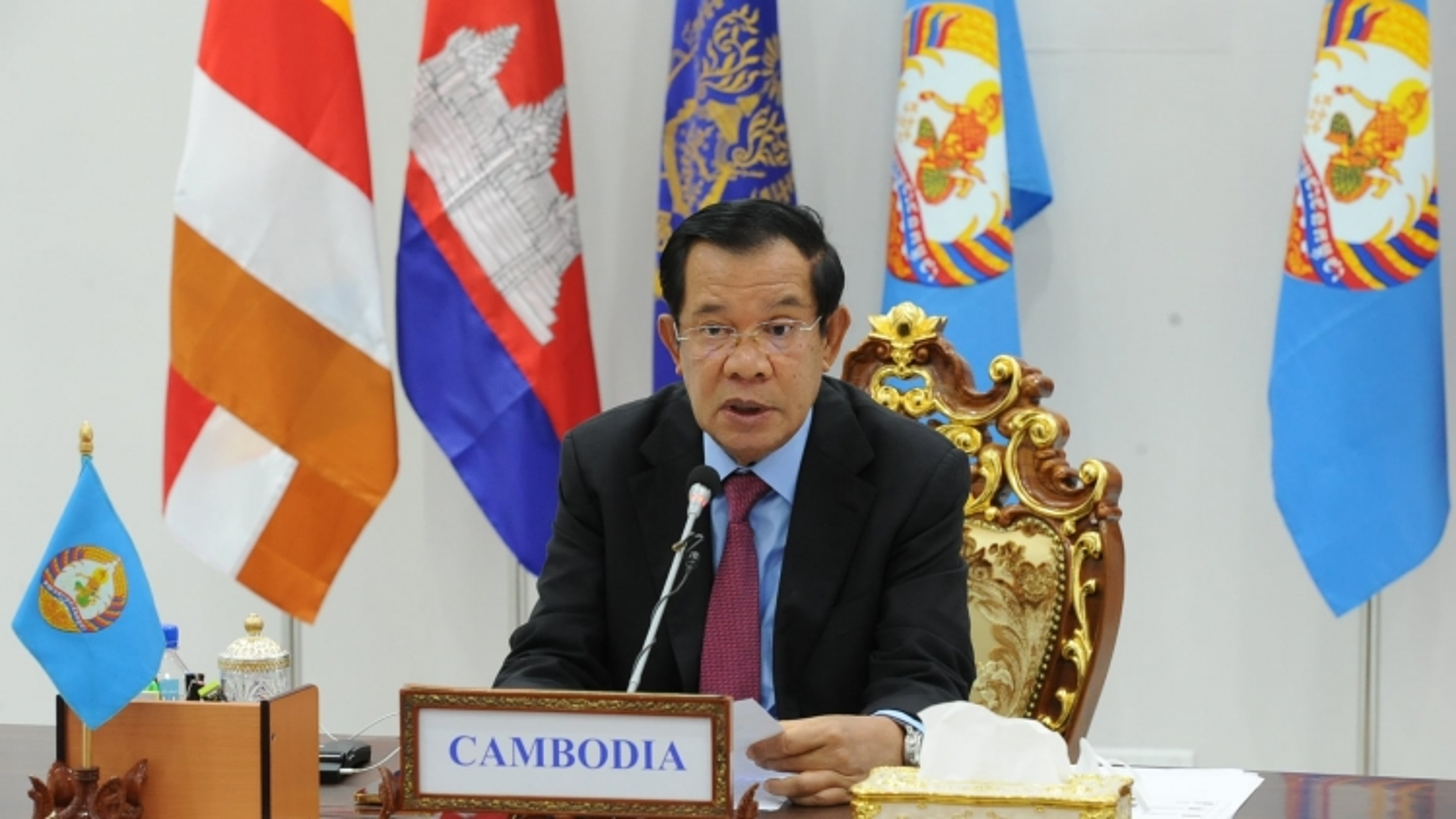 Campuchia tặng Việt Nam vật tư y tế và tiền mặt giúp chống dịch Covid-19