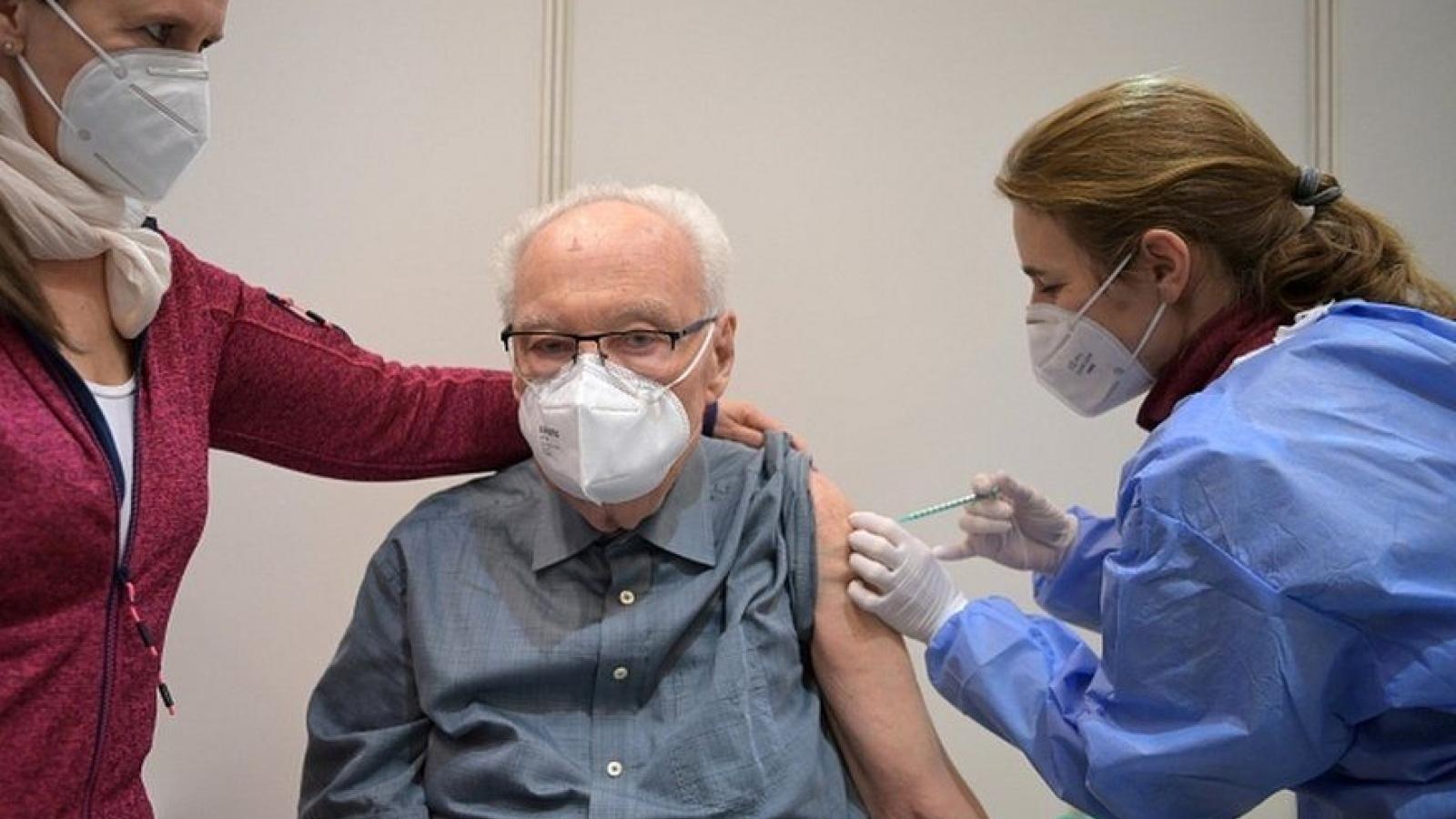 Pháp: Người tiêm vaccine giảm 9 lần nguy cơ nhập viện hoặc tử vong vì Covid-19