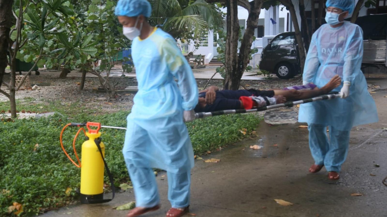 Trung tâm y tế Thị trấn Trường Sa cứu giúp ngư dân bị tai nạn lao động trên biển
