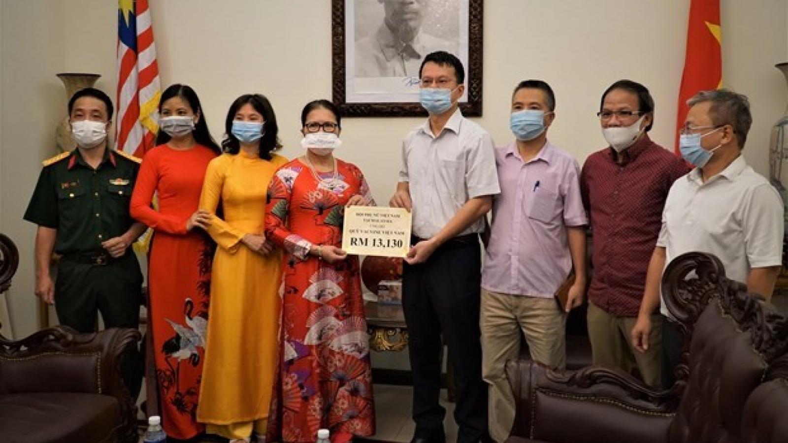 Vietnamese in Malaysia donate to COVID-19 vaccine fund