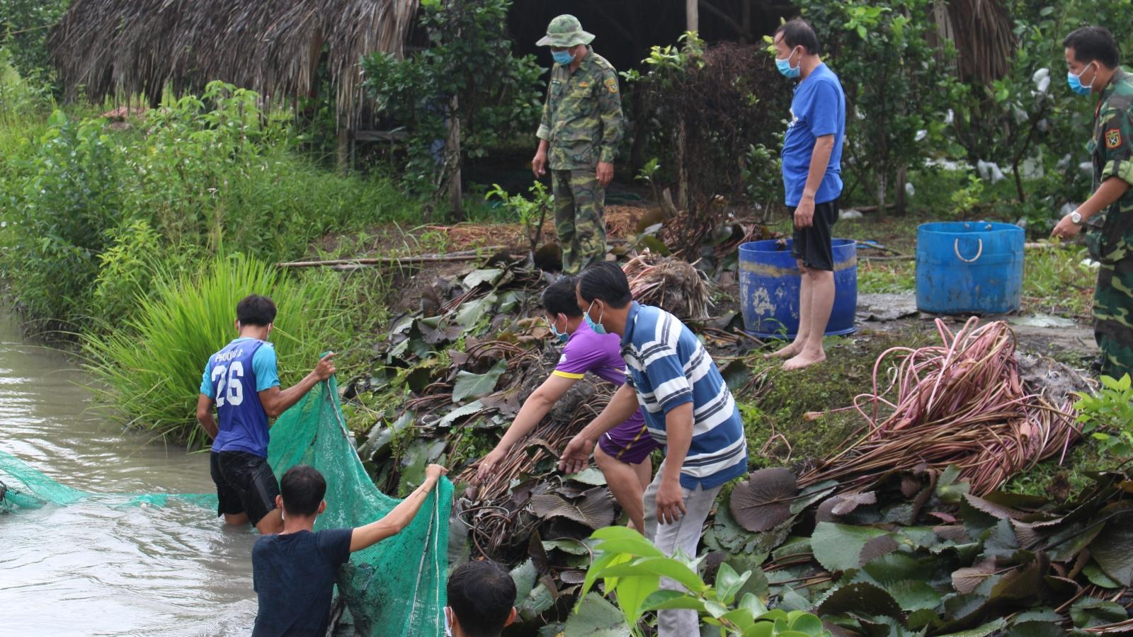 Người dân dậy từ tờ mờ sáng gói bánh, đánh cá gửi tặng lực lượng tuyến đầu chống dịch