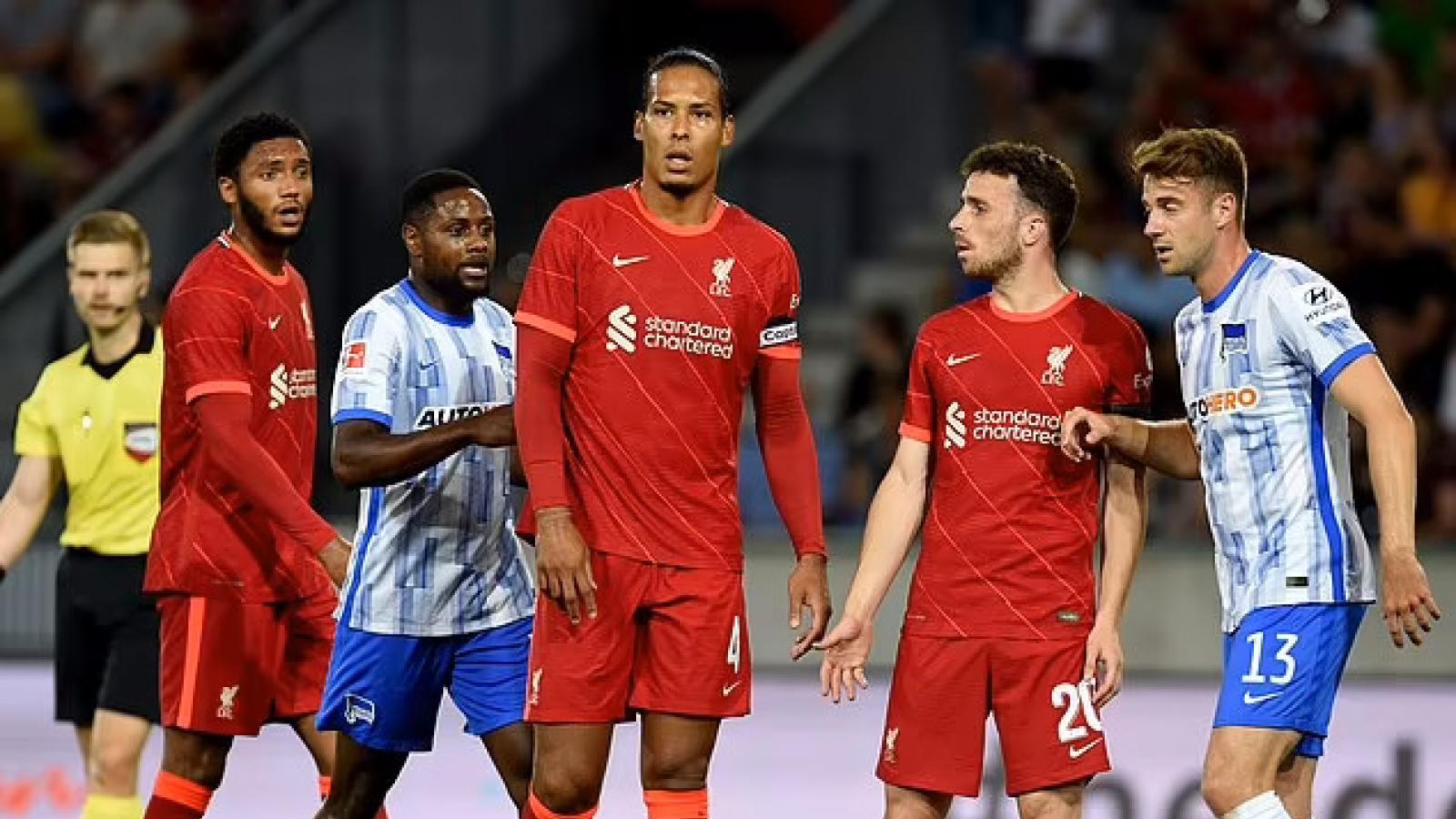 """Van Dijk thành """"gã hề"""" trong ngày trở lại, Liverpool thua Hertha Berlin"""