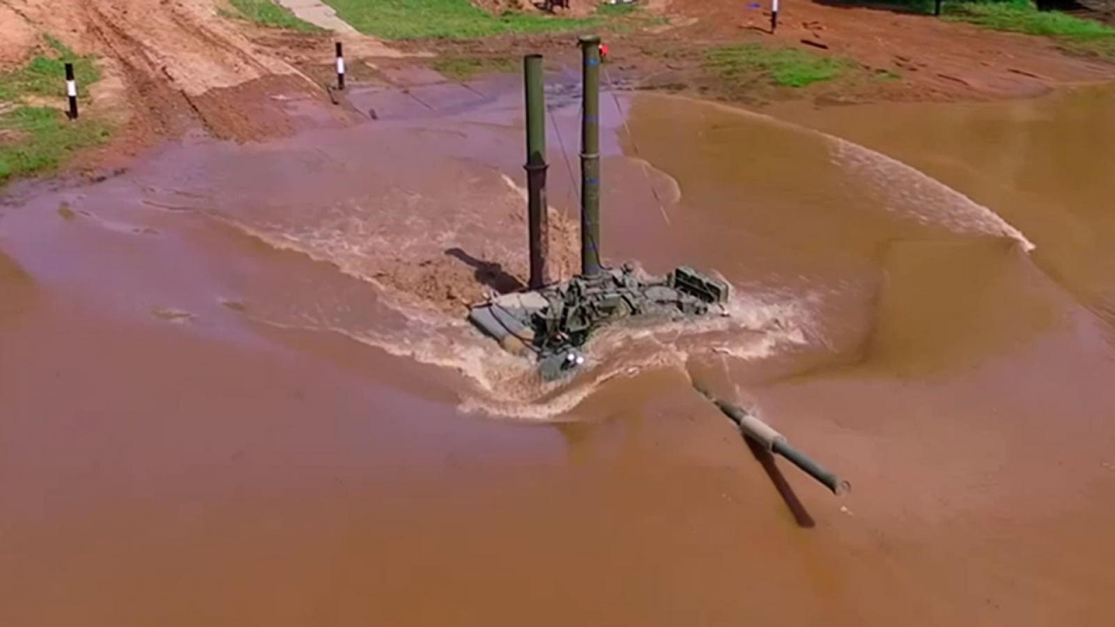 """Lính Nga điều khiển xe tăng """"lặn"""" vượt sông như tàu ngầm"""