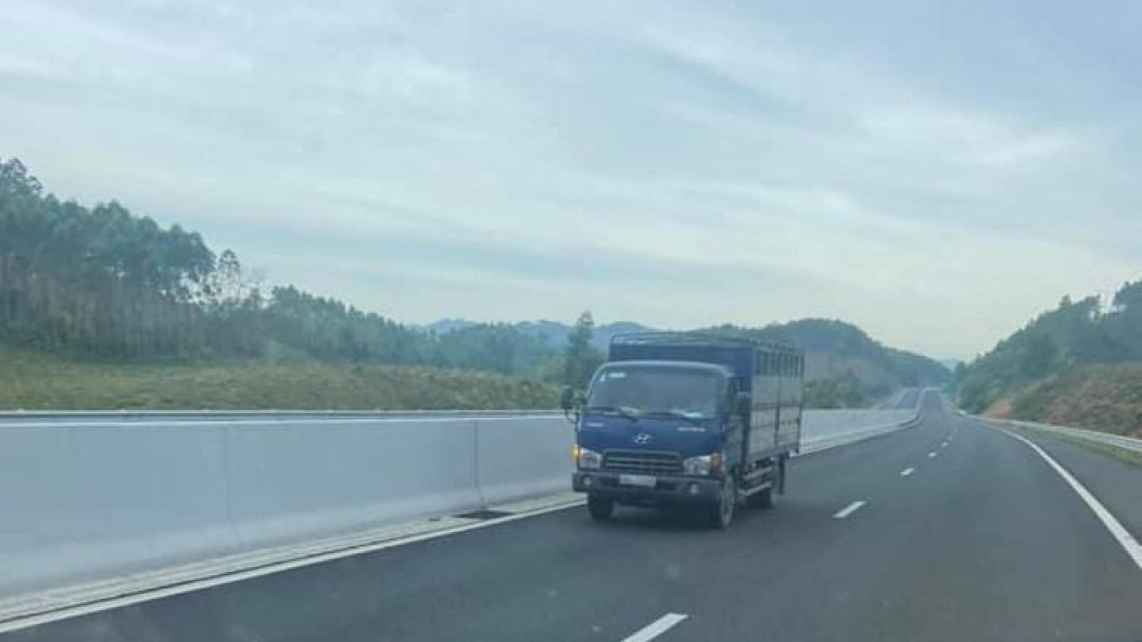 Lại xuất hiện xe ô tô đi ngược chiều trên cao tốc