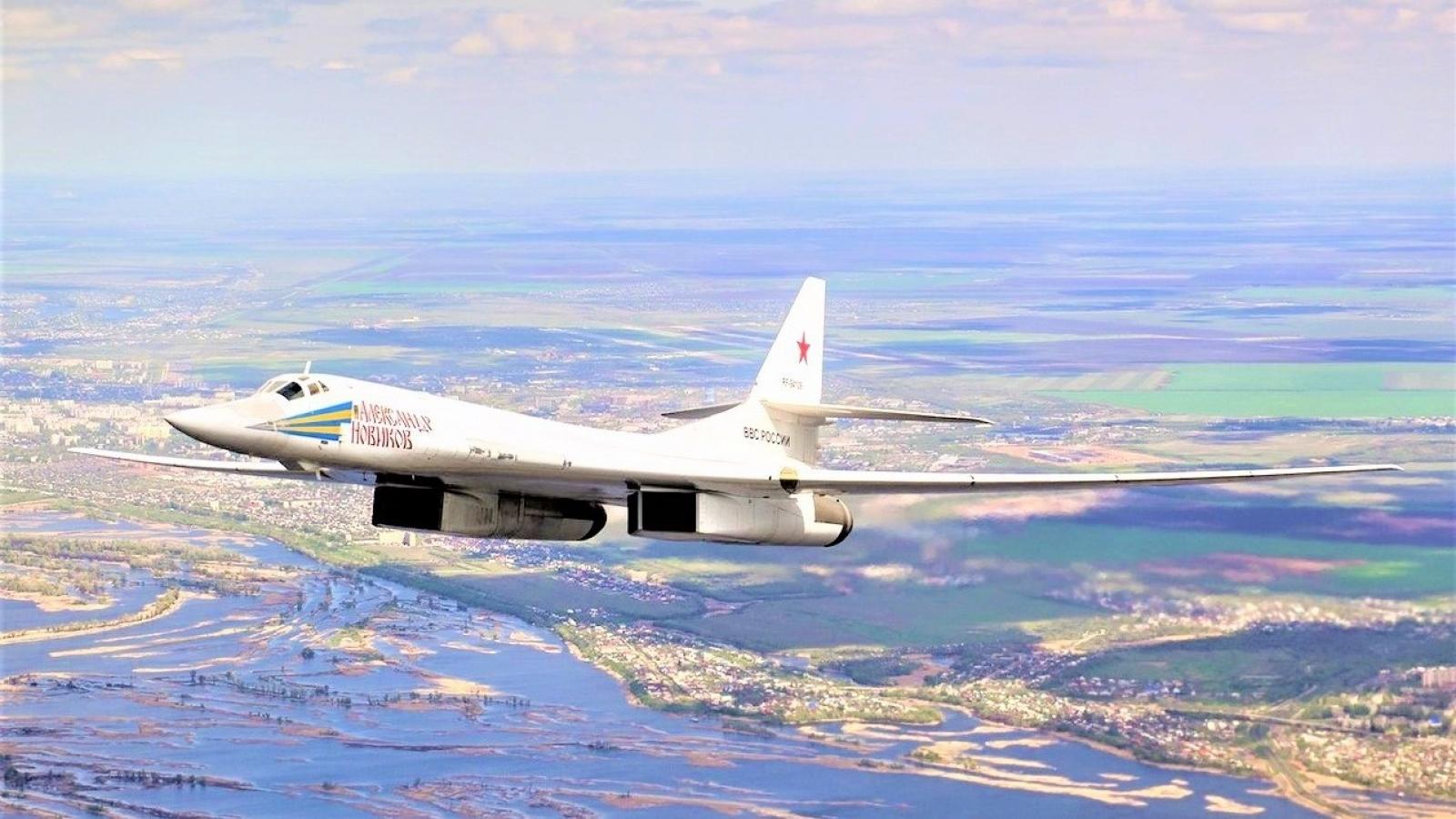 Máy bay ném bom hạng nặng siêu thanh Tu-160 của Nga đáng sợ như thế nào?