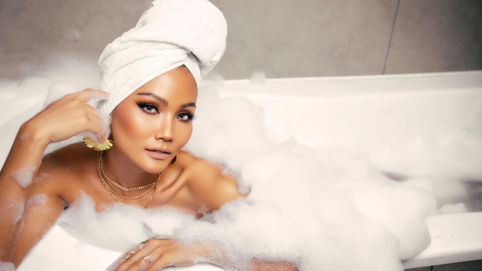 Chuyện showbiz: Hoa hậu H'Hen Niê tạo dáng gợi cảm trong bồn tắm