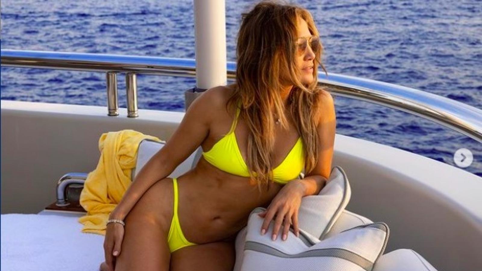 Jennifer Lopez khoe dáng gợi cảm trên du thuyền triệu USD