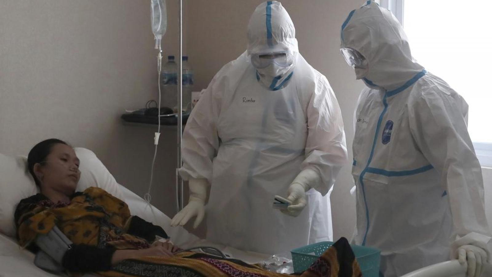 Mắc Covid-19 hai lần, bác sĩ Indonesia vẫn căng mình điều trị cho bệnh nhân