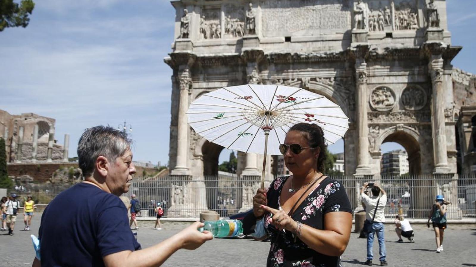 Du khách đổ về Rome bất chấp đợt nắng nóng bất thường