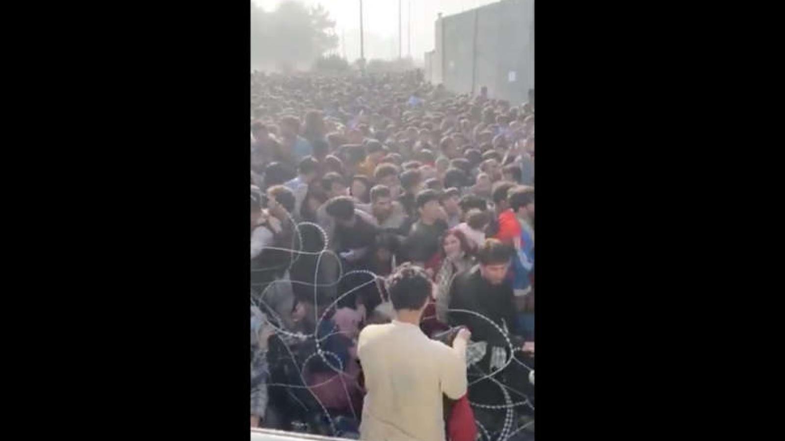 """Ám ảnh cảnh tượng biển người chen chúc """"không còn lối thoát"""" ở sân bay Kabul"""