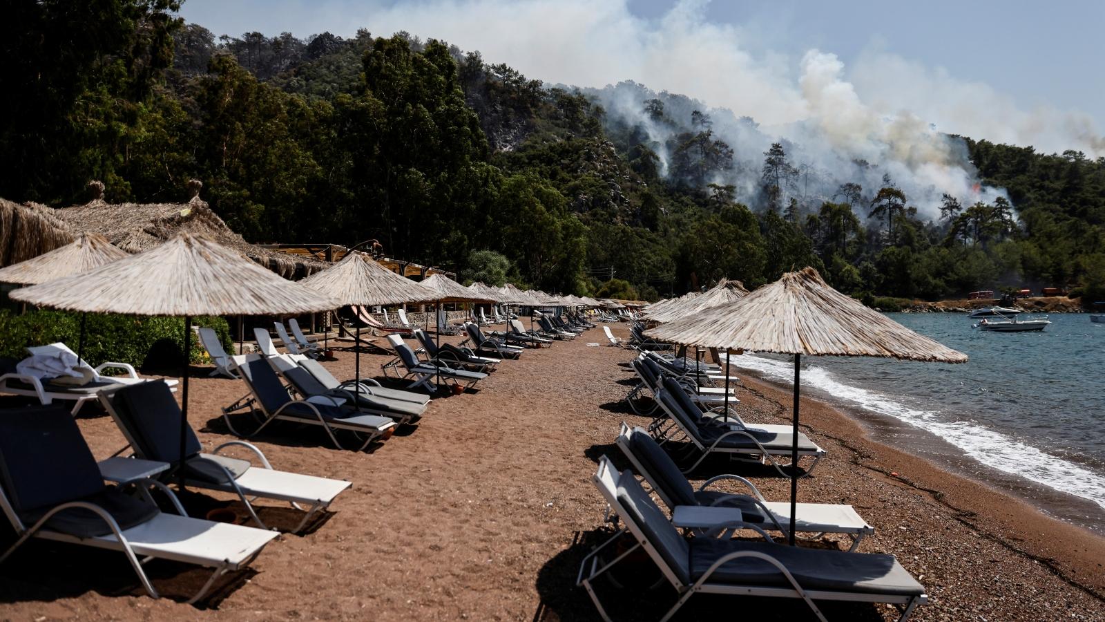 """Cháy rừng Thổ Nhĩ Kỳ """"thiêu rụi"""" hy vọng về mùa du lịch hè"""