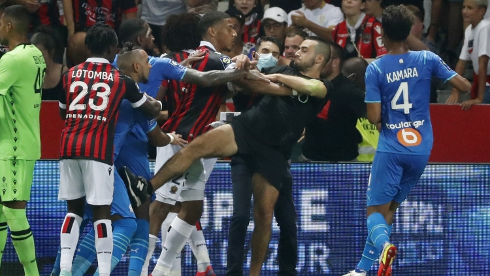 VIDEO: Cổ động viên Nice tấn công Dimitri Payet và các cầu thủ Marseille