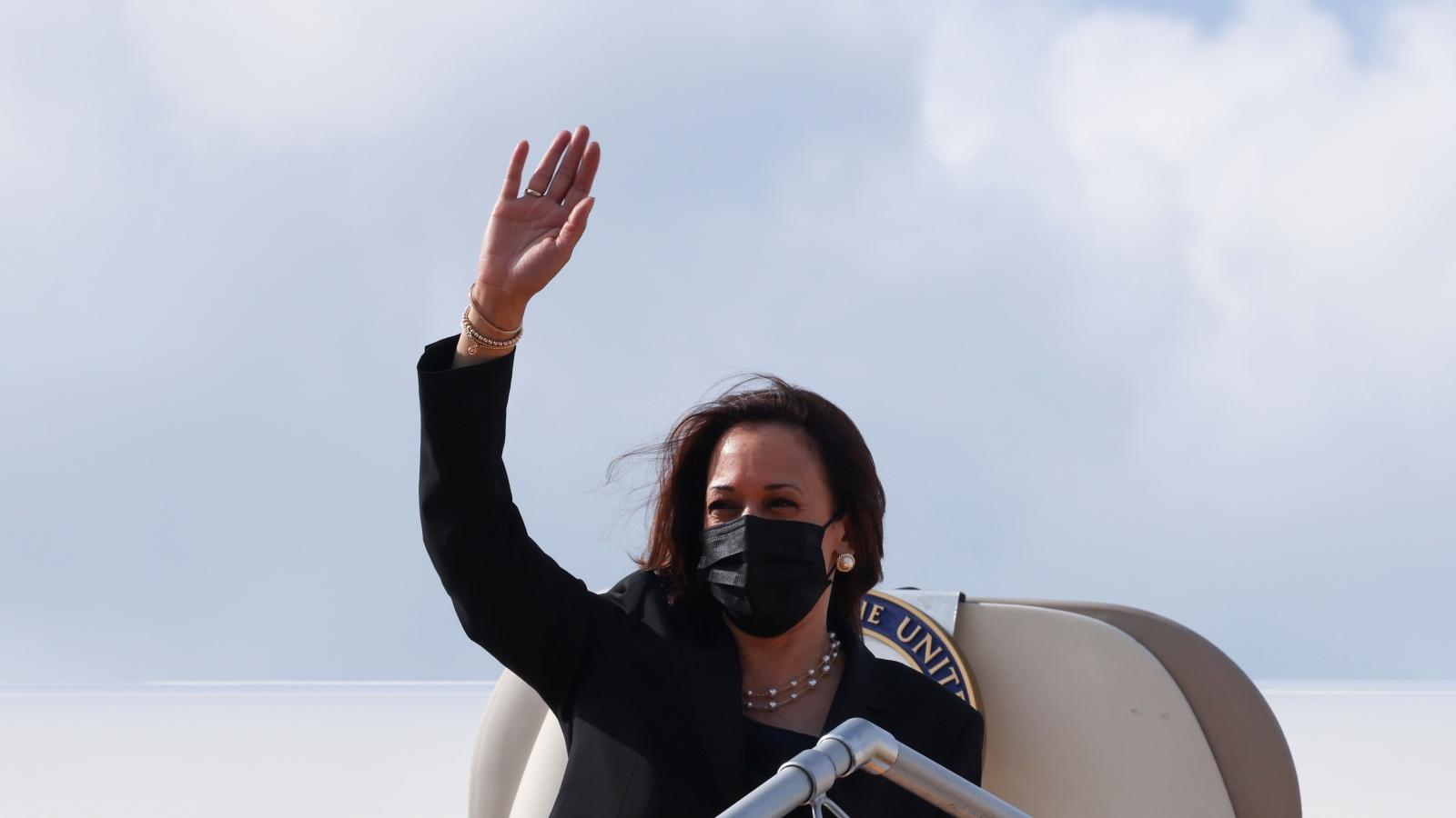 Video: Phó Tổng thống Mỹ Kamala Harris lên máy bay, kết thúc chuyến thăm Việt Nam
