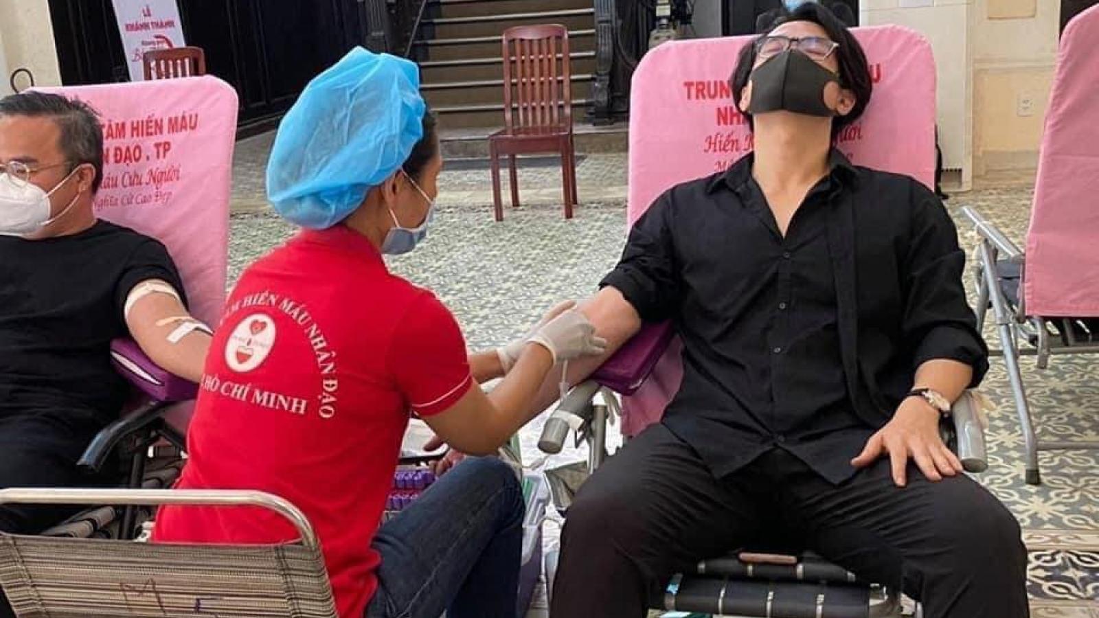 Hà Anh Tuấn lặng lẽ đi hiến máu nhân đạo giữa mùa dịch