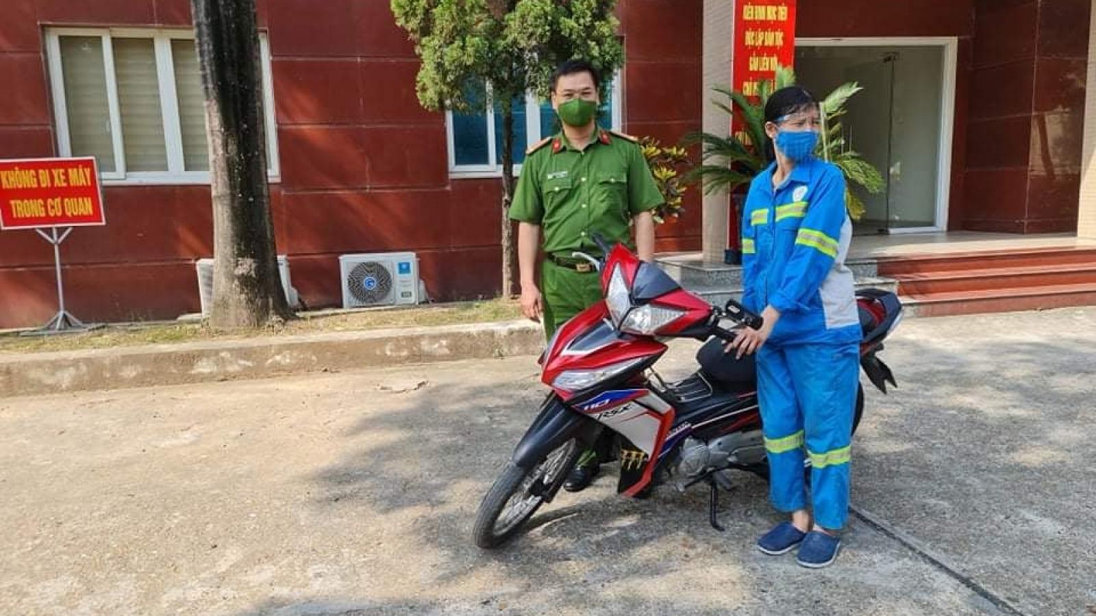 Công an tặng xe máy mới cho nữ lao công bị cướp ở Hà Nội