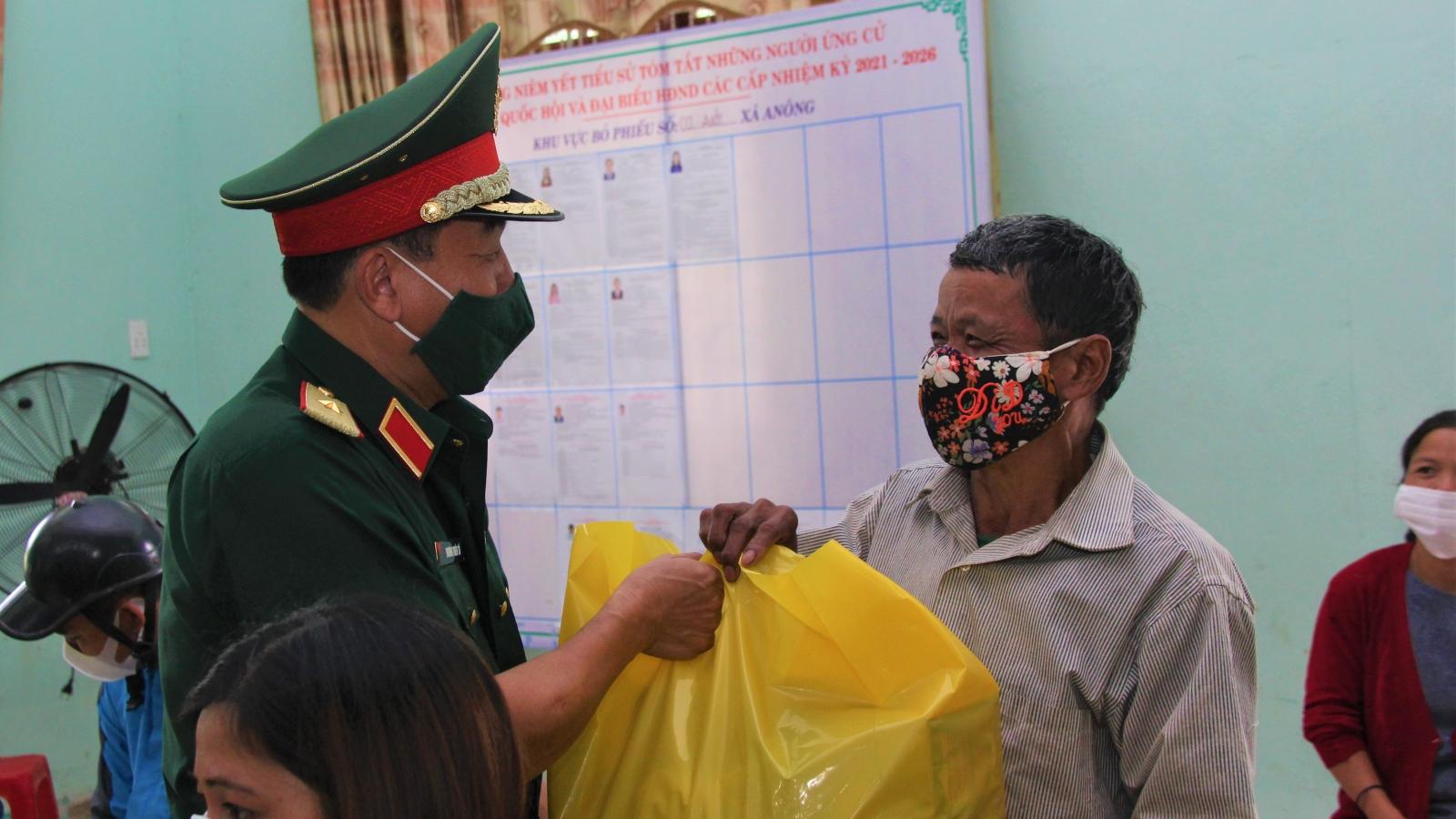 Quân khu 5 tặng quà, khám bệnh, cấp thuốc miễn phí giúp đồng bào vùng khó khăn