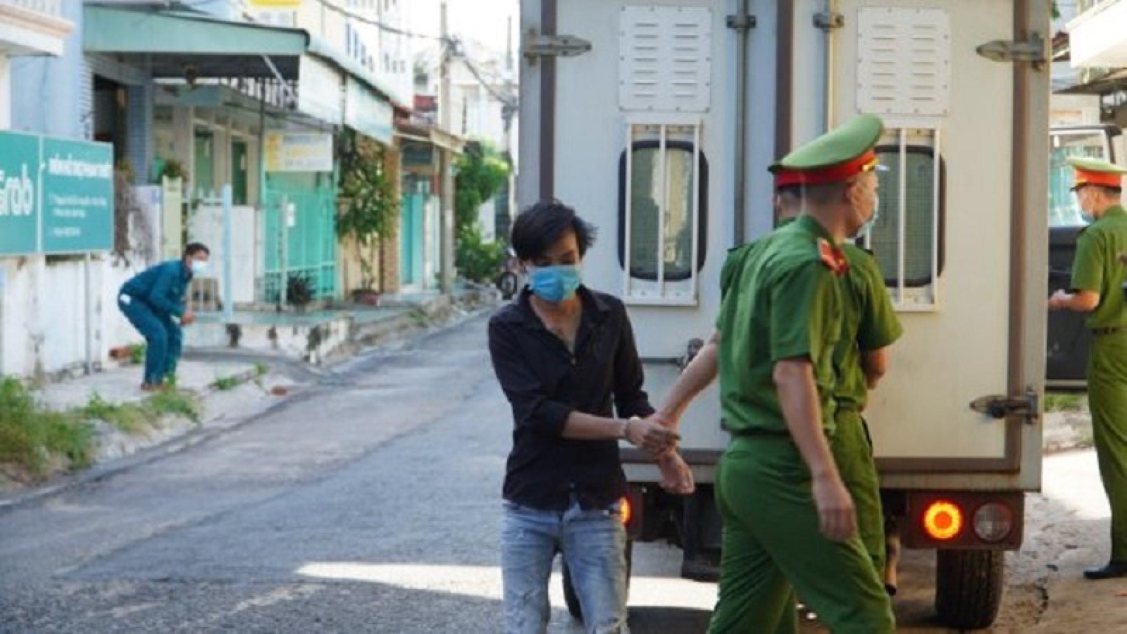 """Bị phạt 12 tháng tù vì """"thông chốt"""" kiểm soát dịch, chống người thi hành công vụ"""