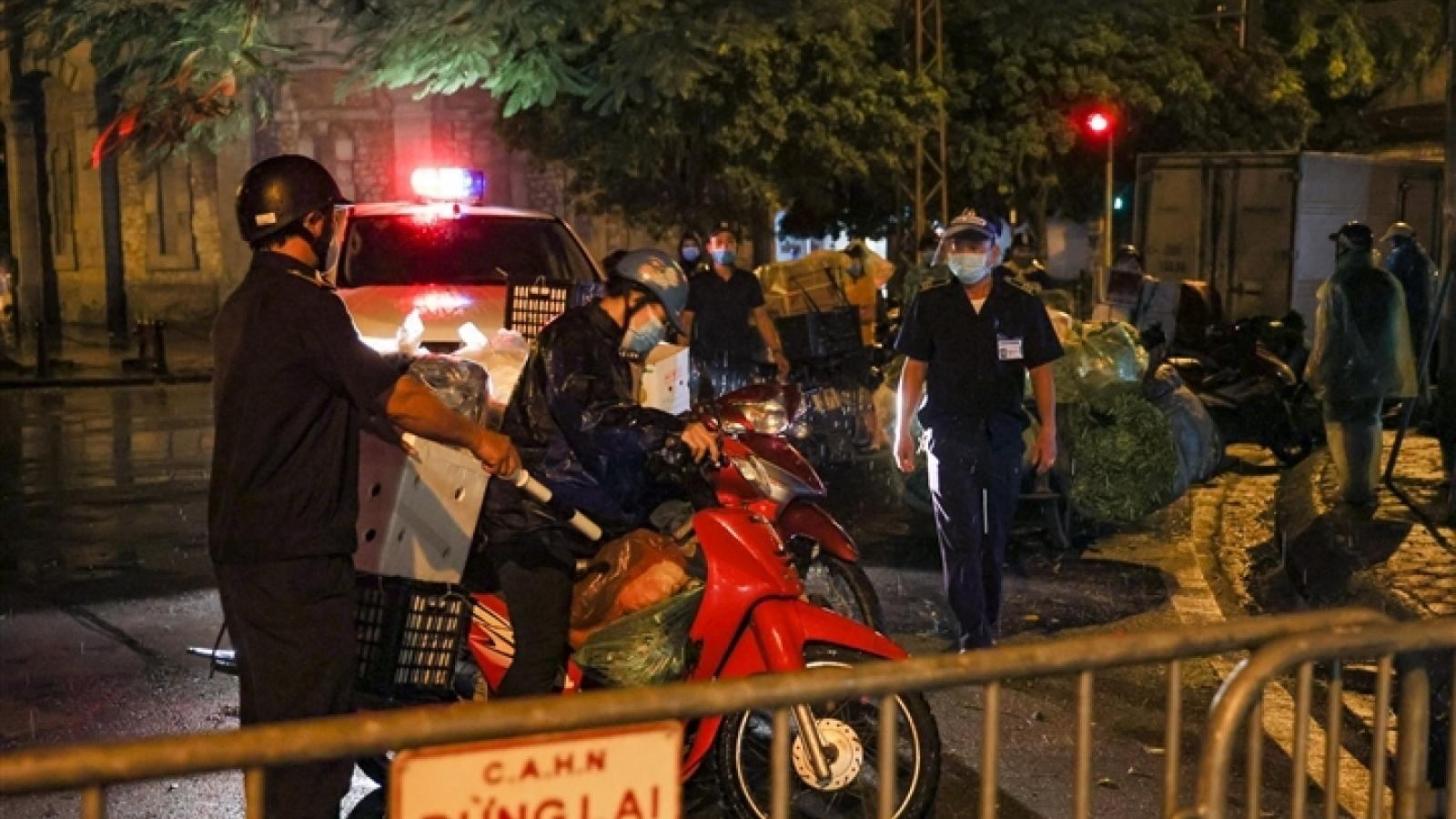 Hà Nội: Trắng đêm dẹp chợ nông sản trái phép cạnh Bốt Hàng Đậu