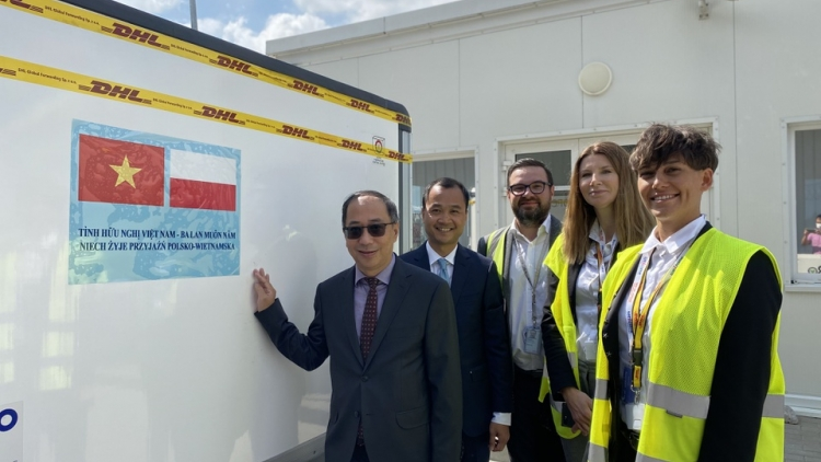 Vietnam receives COVID-19 vaccine delivery from Poland