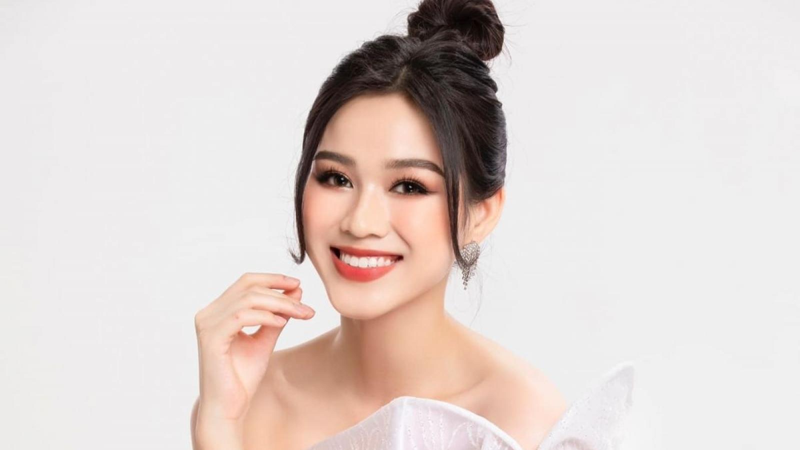 Chuyện showbiz: Hoa hậu Đỗ Thị Hà trổ tài tự make-up xinh đẹp tại nhà