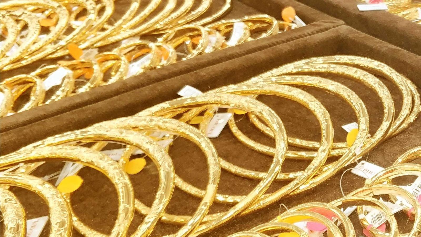 Giá vàng trong nước bất động khi giá thế giới tiếp tục giảm