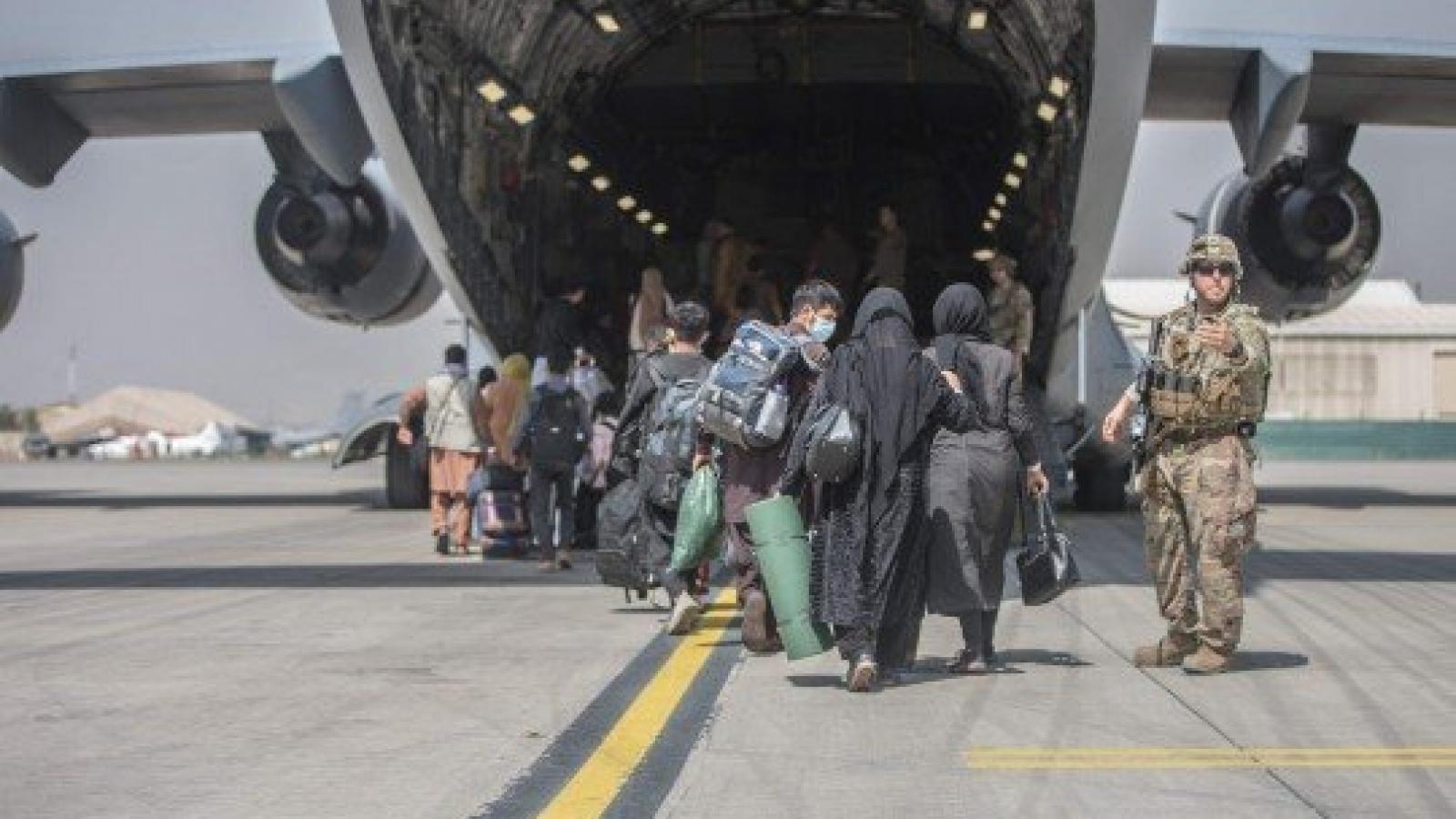Máy bay quân sự của Italy chở công dân sơ tán bị bắn khi rời sân bay Kabul