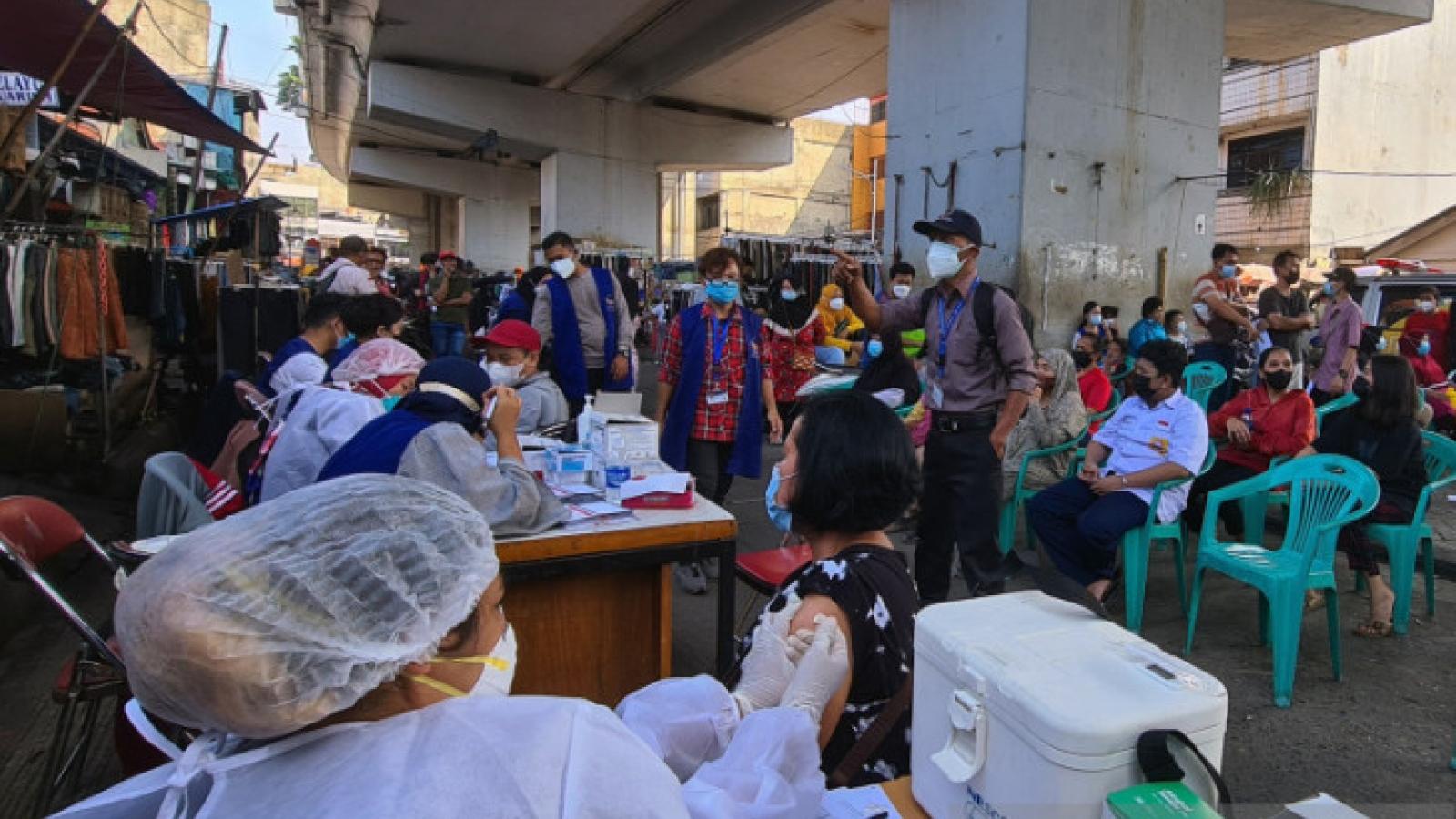 Jakarta, Indonesia nâng mục tiêu tiêm ngừa Covid-19 cho toàn bộ dân