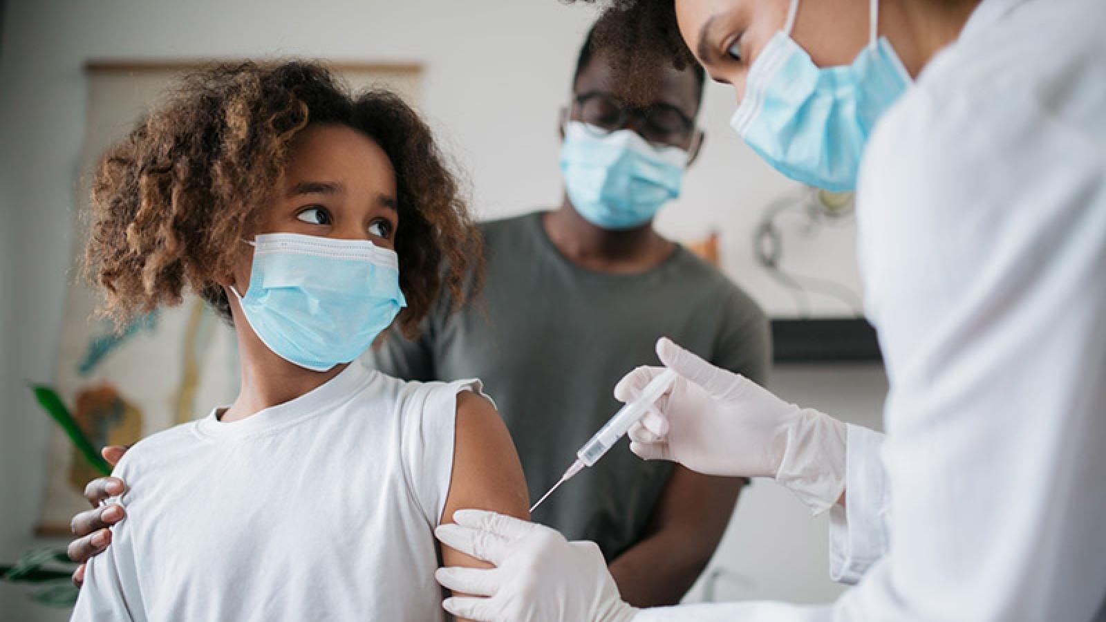 Những quốc gia nào đang tiêm vaccine Covid-19 cho trẻ vị thành niên?
