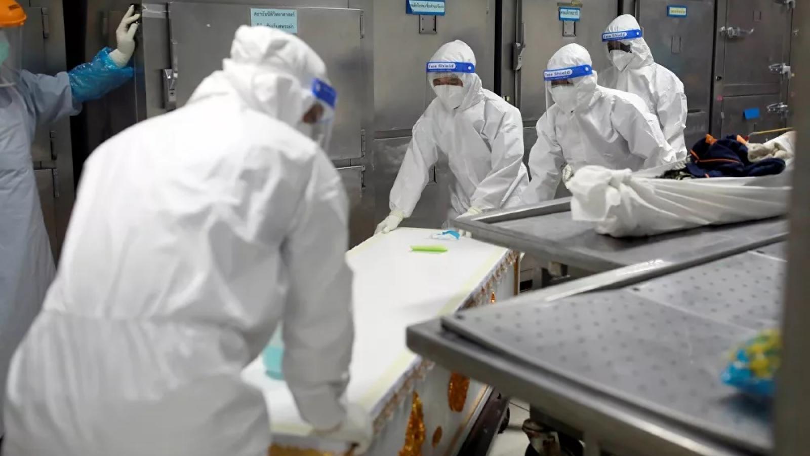 Bệnh nhân Covid-19 tử vong nhiều, một nhà xác Thái Lan buộc phải dùng container đông lạnh