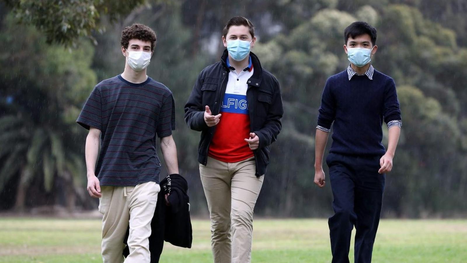 Học sinh lớp 12 Australia tiêm chủng Covid-19, Malaysia nới lỏng hạn chế với người đã tiêm
