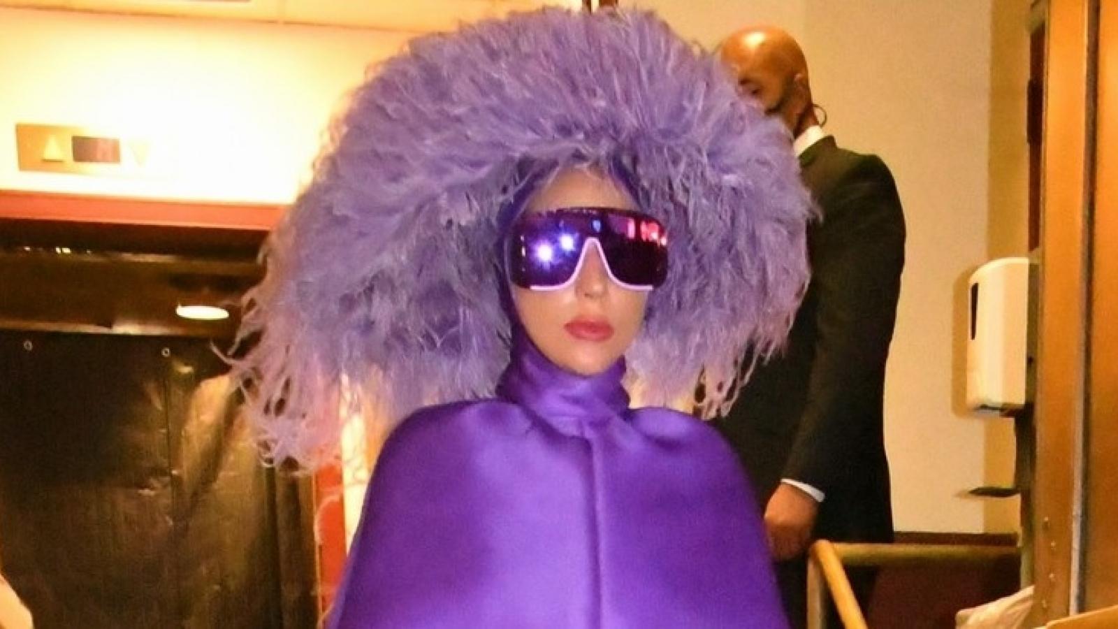 """Lady Gaga diện đồ hiệu """"độc lạ"""" đến nhà hát ở New York"""