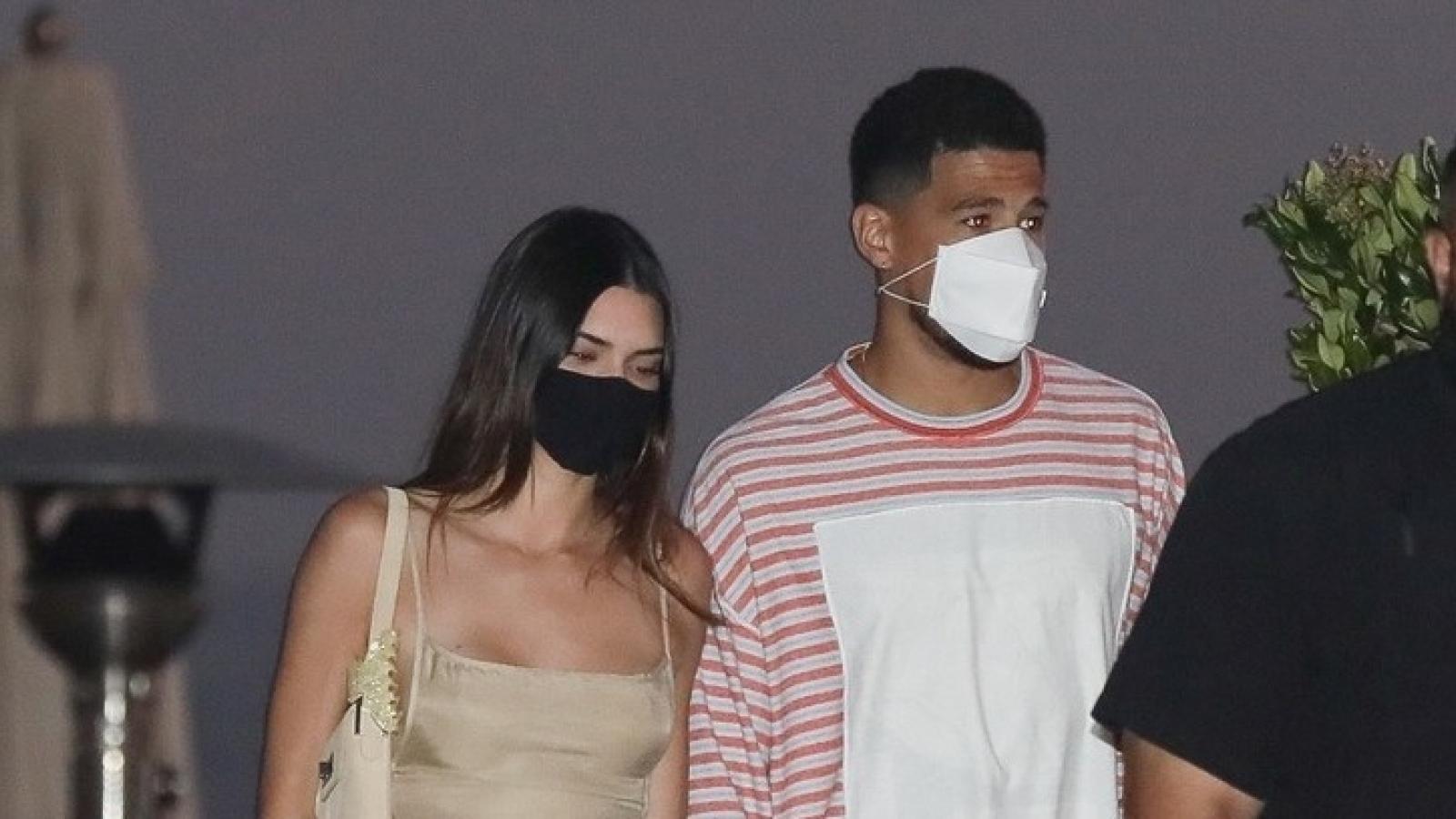Kendall Jenner phối đồ gợi cảm đi chơi đêm cùng bạn trai