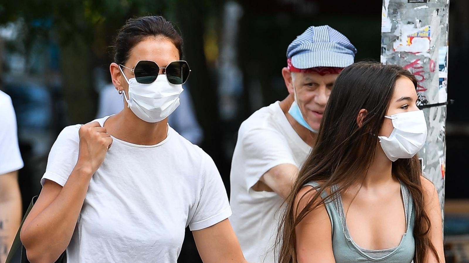 Con gái Tom Cruise ra dáng thiếu nữ xinh đẹp, đi ăn tối cùng mẹ