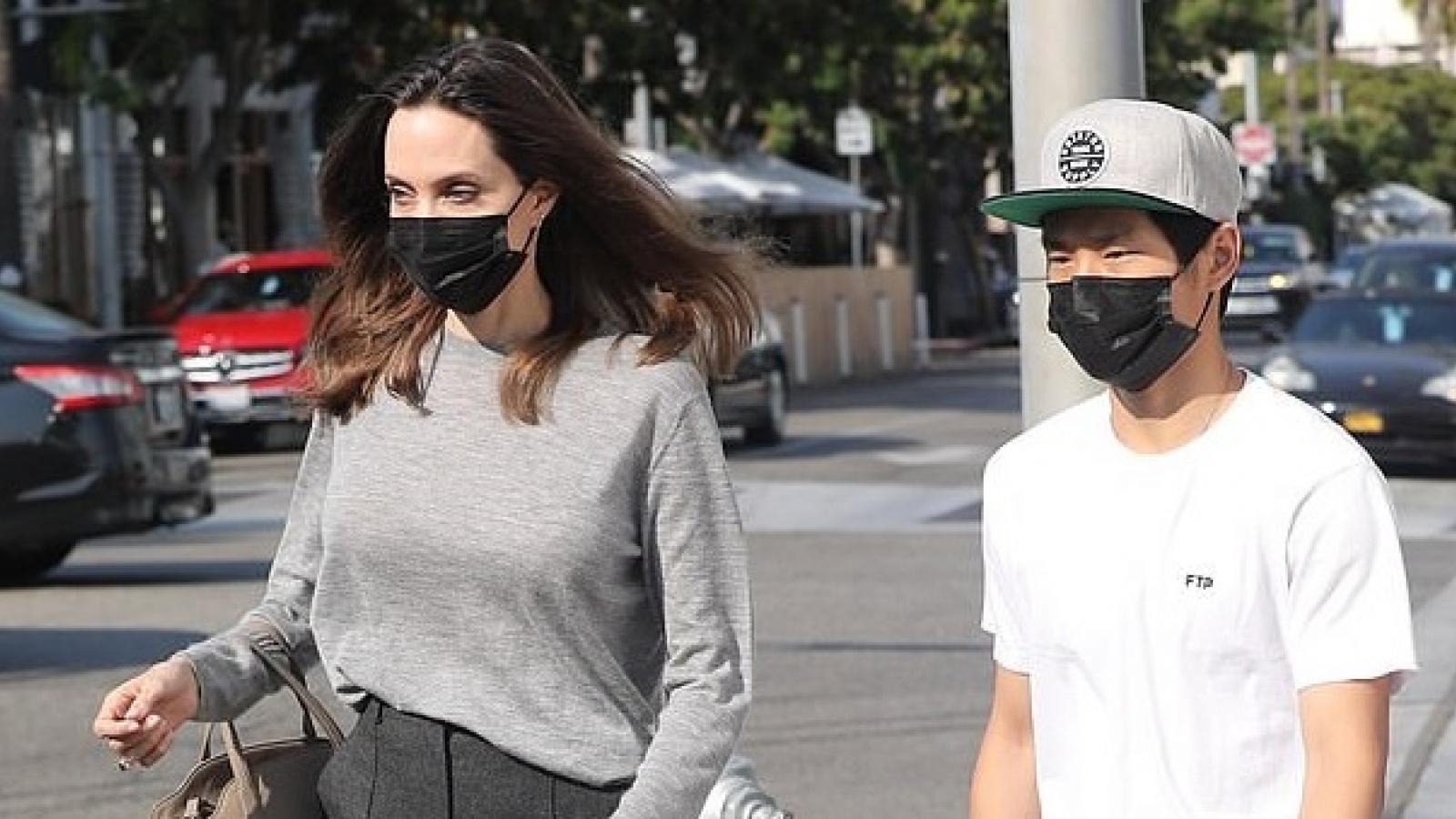 """Pax Thiên """"hộ tống"""" mẹ Angelina Jolie đi mua sắm chiều cuối tuần"""