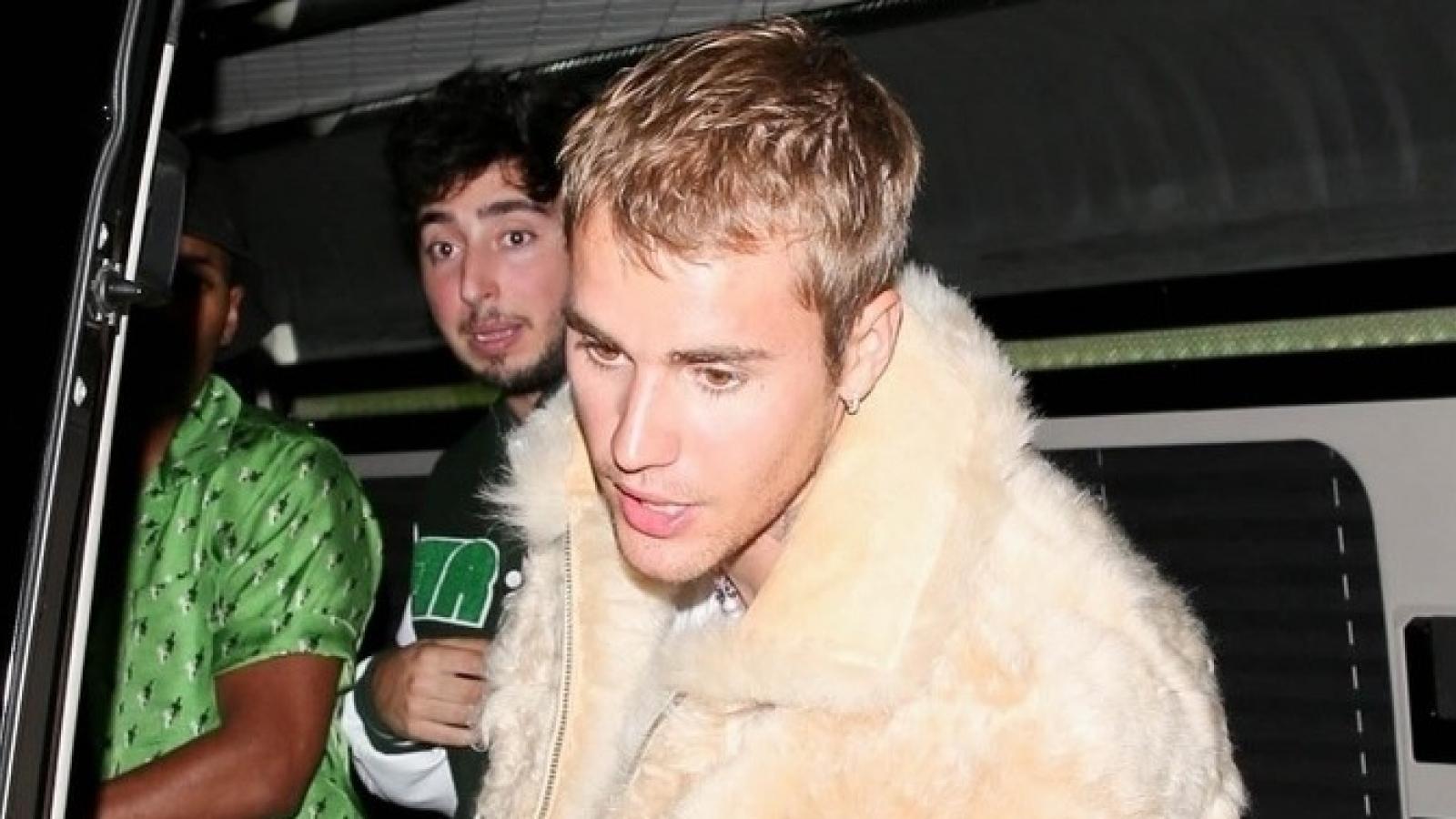 Vắng Hailey Baldwin, Justin Bieber một mình đến dự sự kiện lúc tối muộn