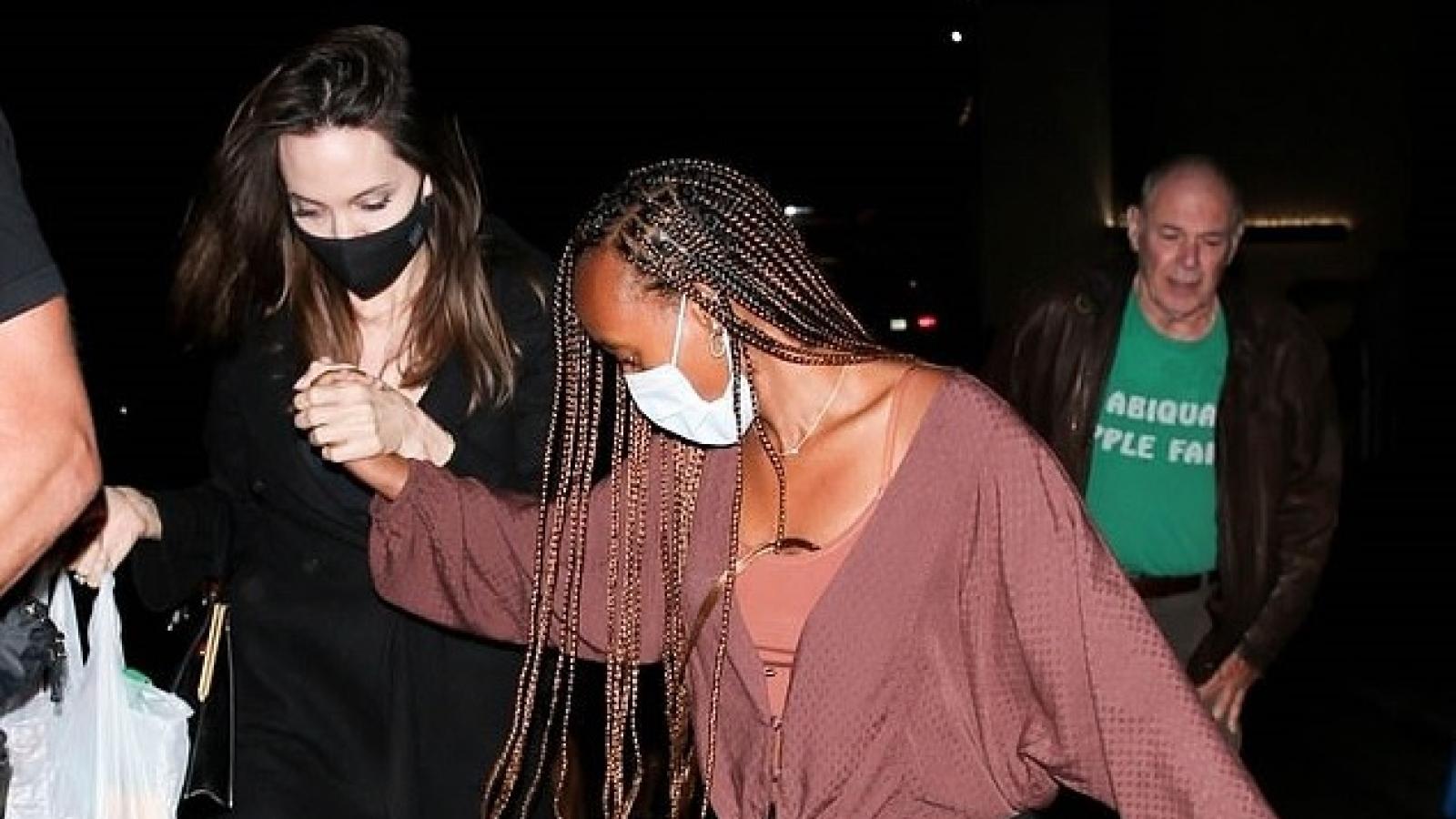Angelina Jolie thanh lịch đi mua sắm cùng con gái cưng