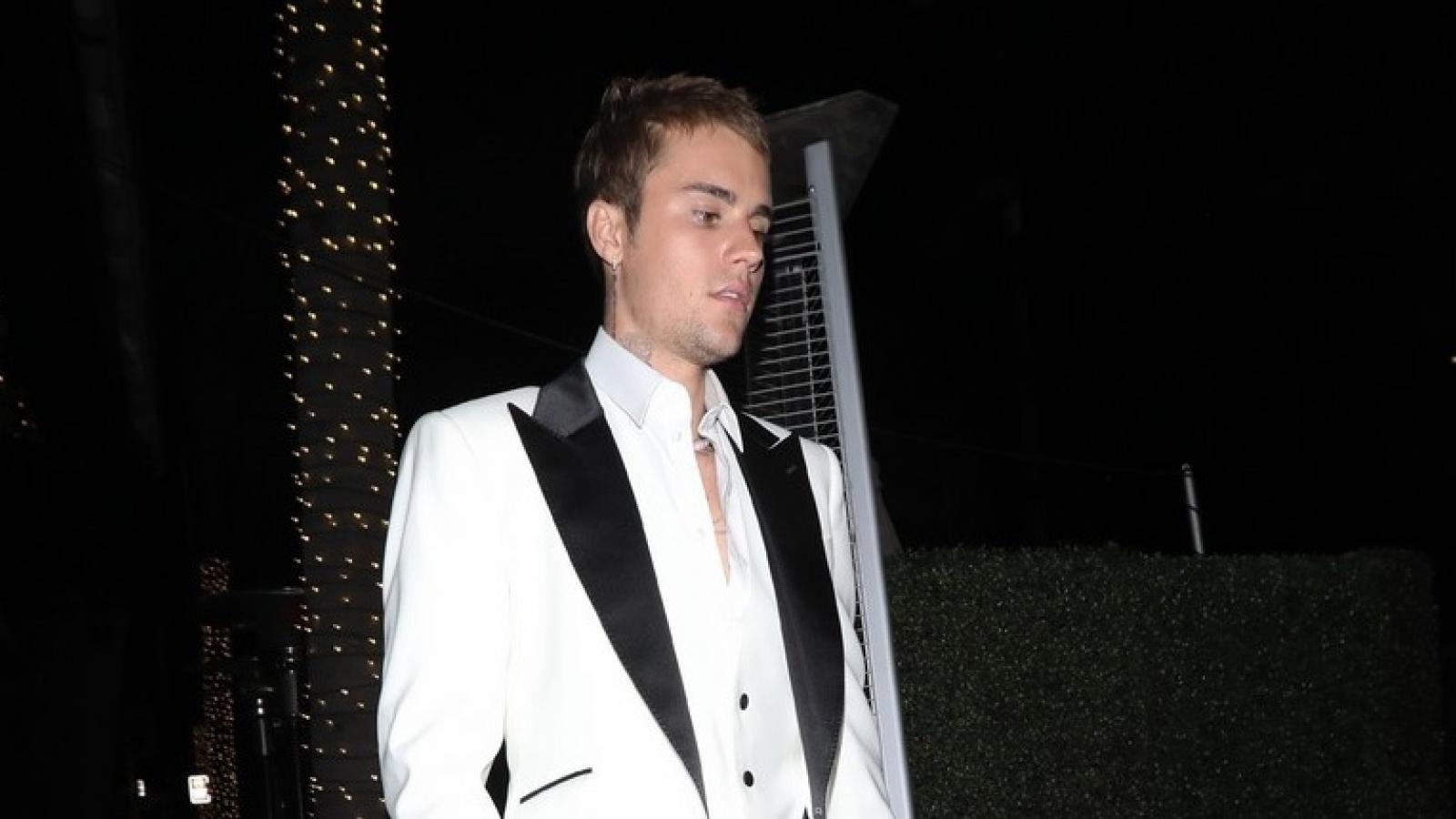 Justin Bieber diện tuxedo lịch lãm đi chơi tối cùng bạn bè