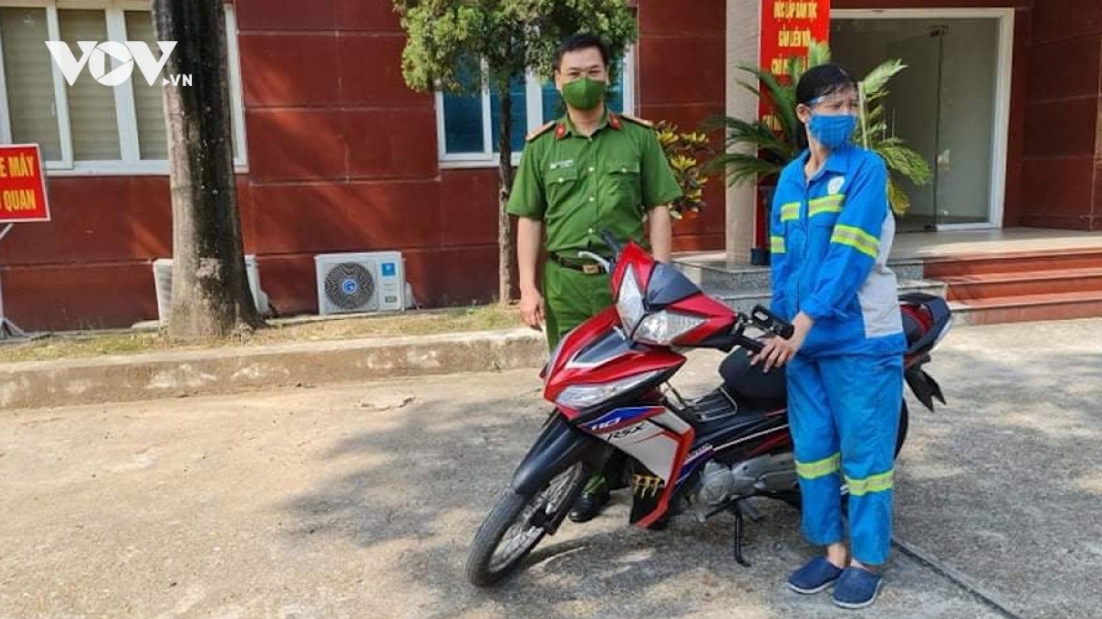 Công an Hà Nội tặng xe máy cho nữ lao công bị cướp trong đêm