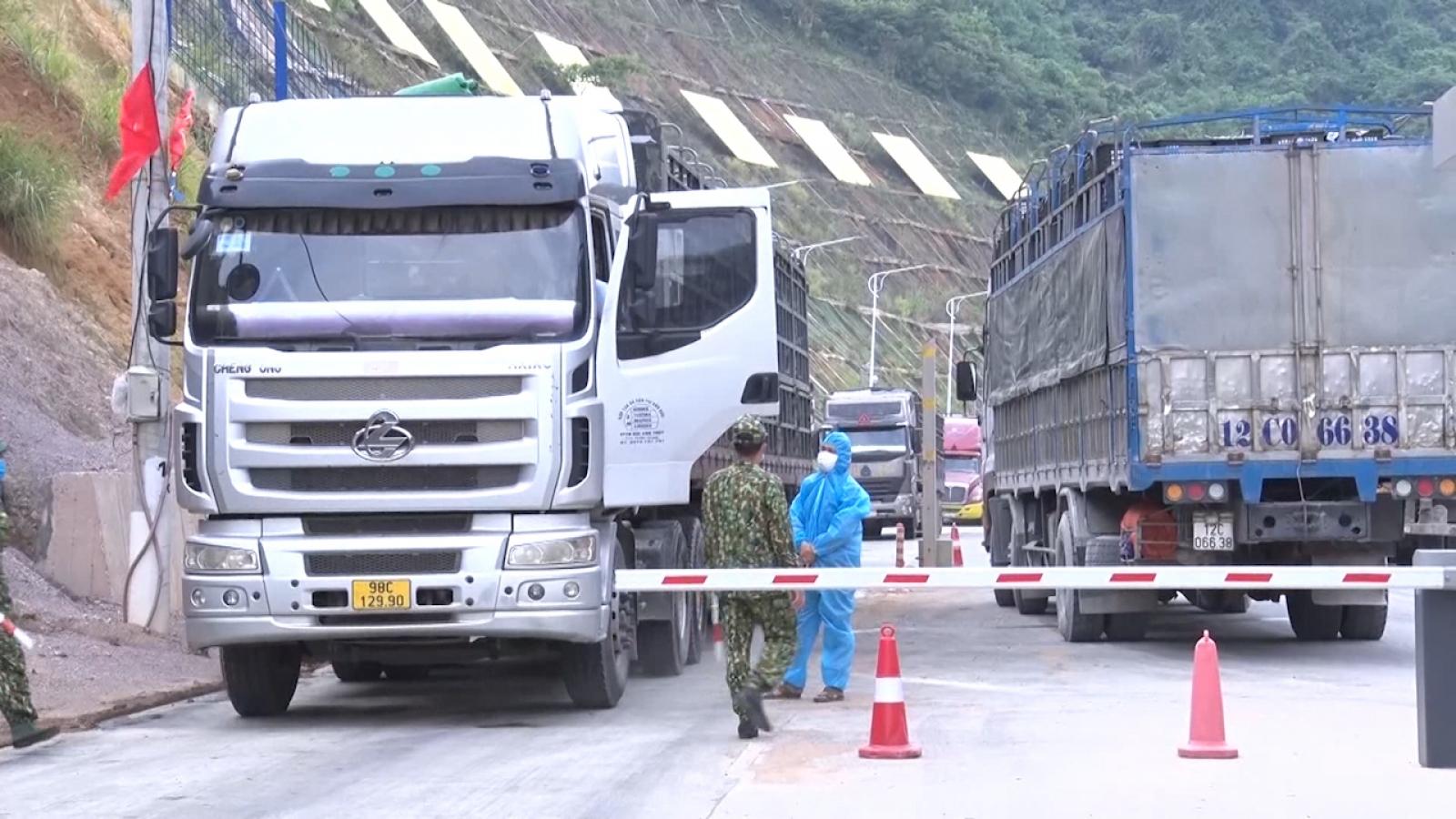 Hơn 100 xe hàng xuất khẩu qua cửa khẩu Tân Thanh, Lạng Sơn