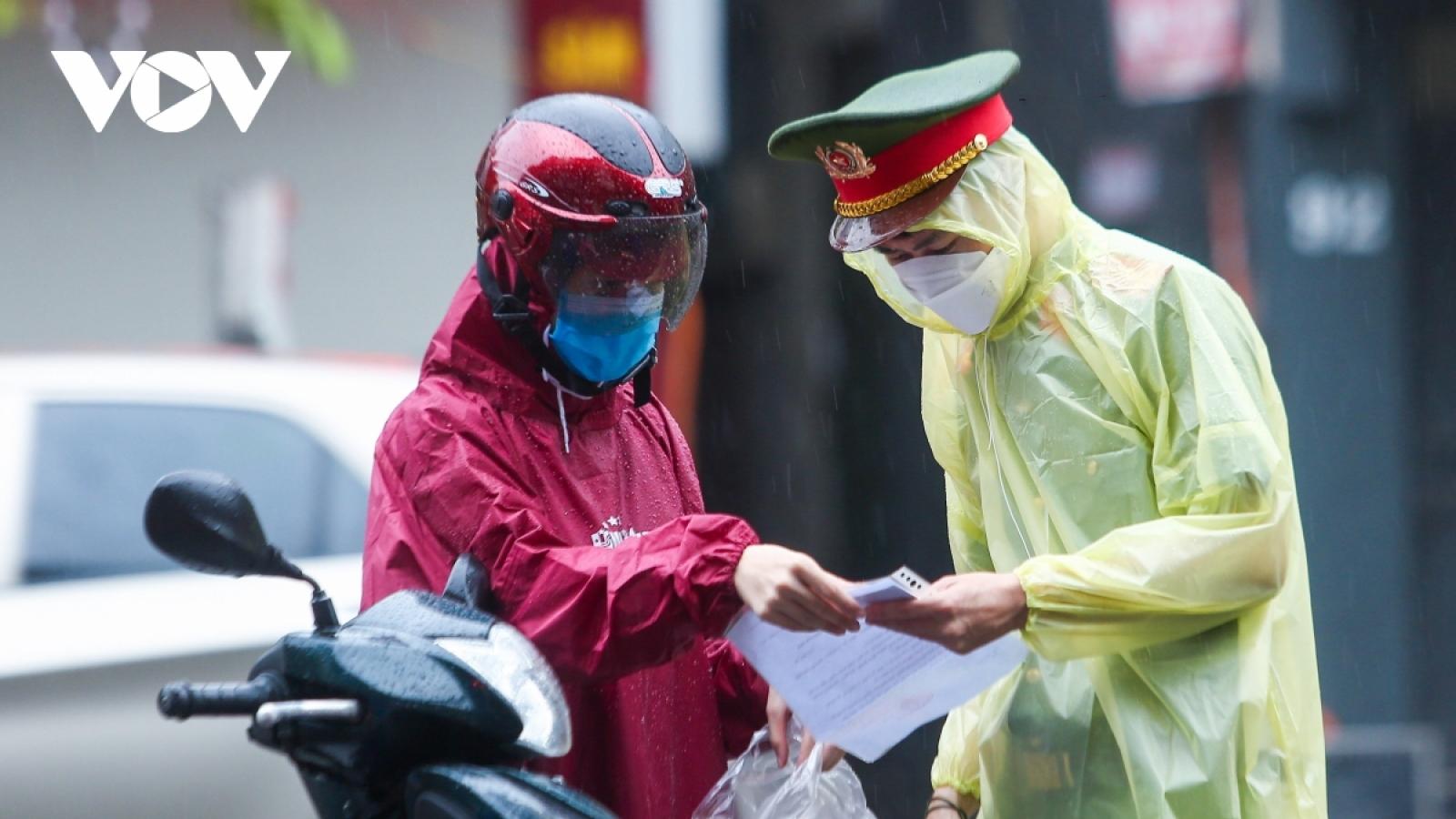 Chuyên gia y tế: Kiểm tra giấy tờ dù đeo găng tay vẫn có nguy cơ lây virus