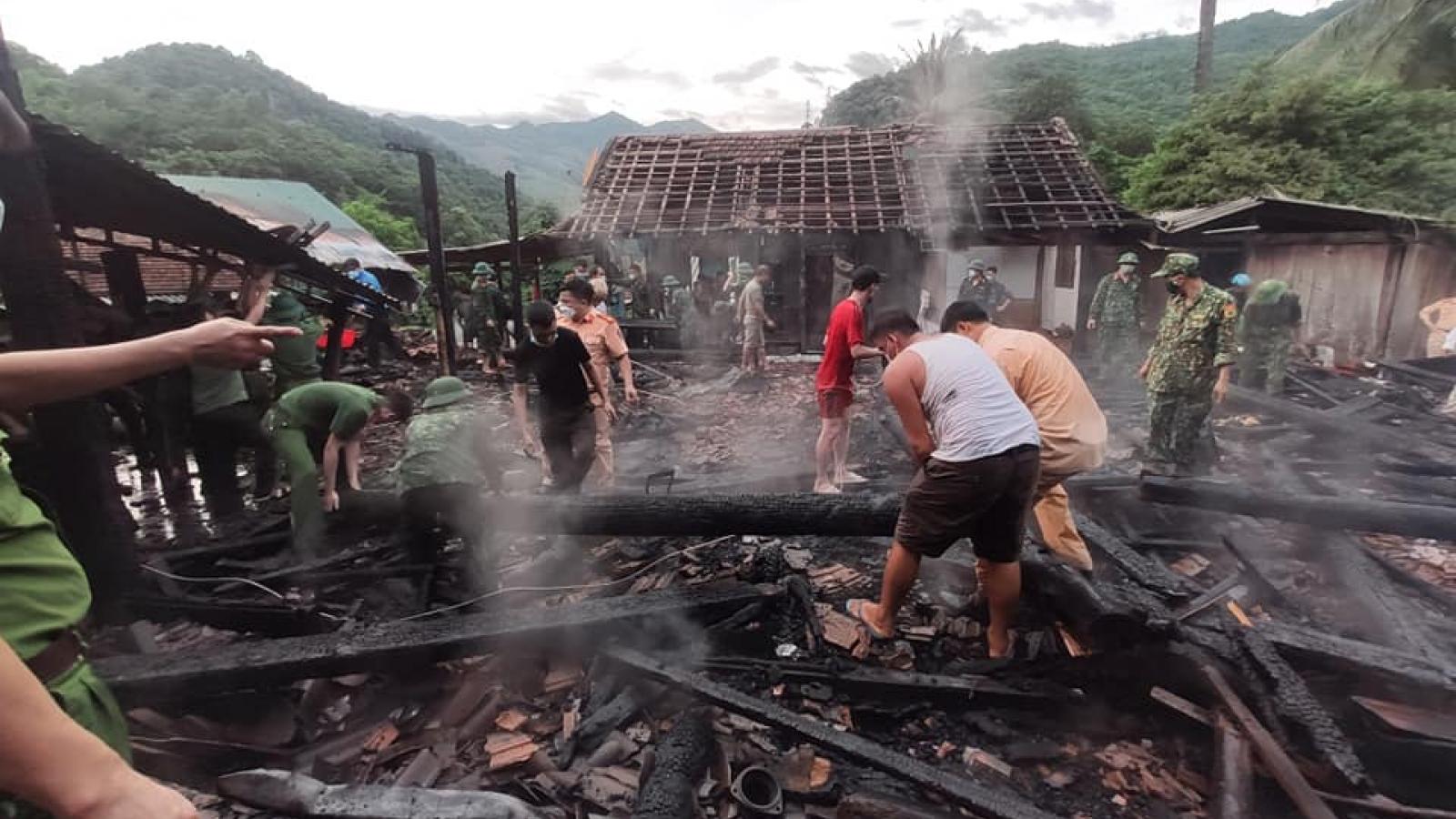 Bà hỏa thiêu rụi 3 căn nhà gỗ ở huyện biên giới Nghệ An