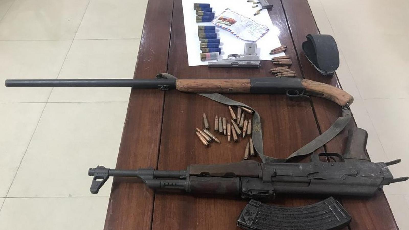 Cảnh sát hình sự bắt đối tượng mang súng đi trên đường