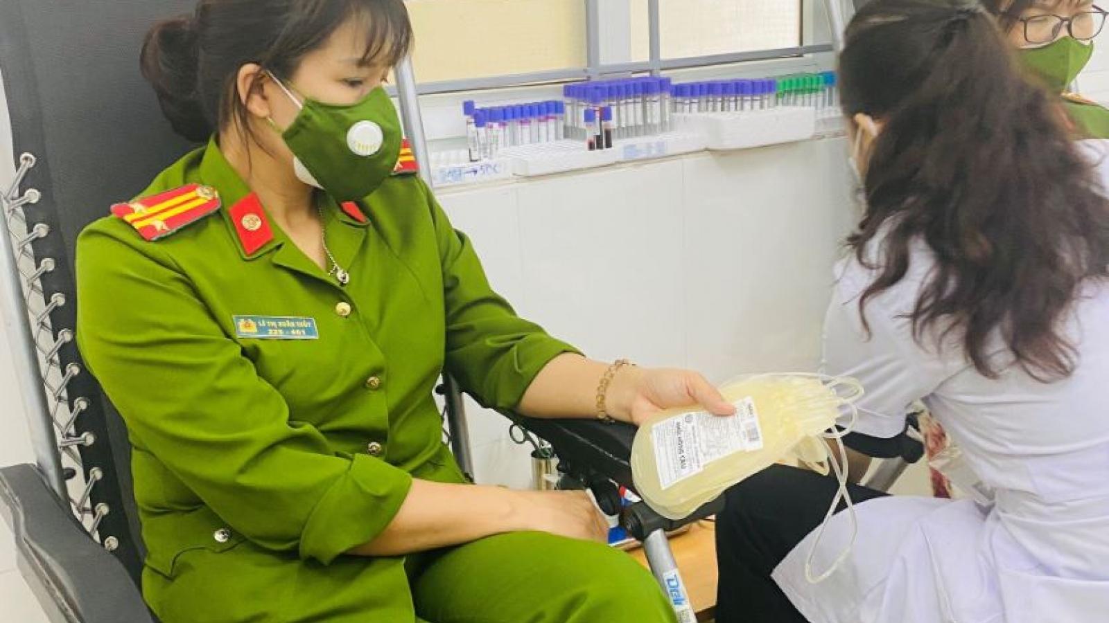 Vừa trực chốt trở về, nữ công an đến ngay bệnh viện hiến máu cứu người