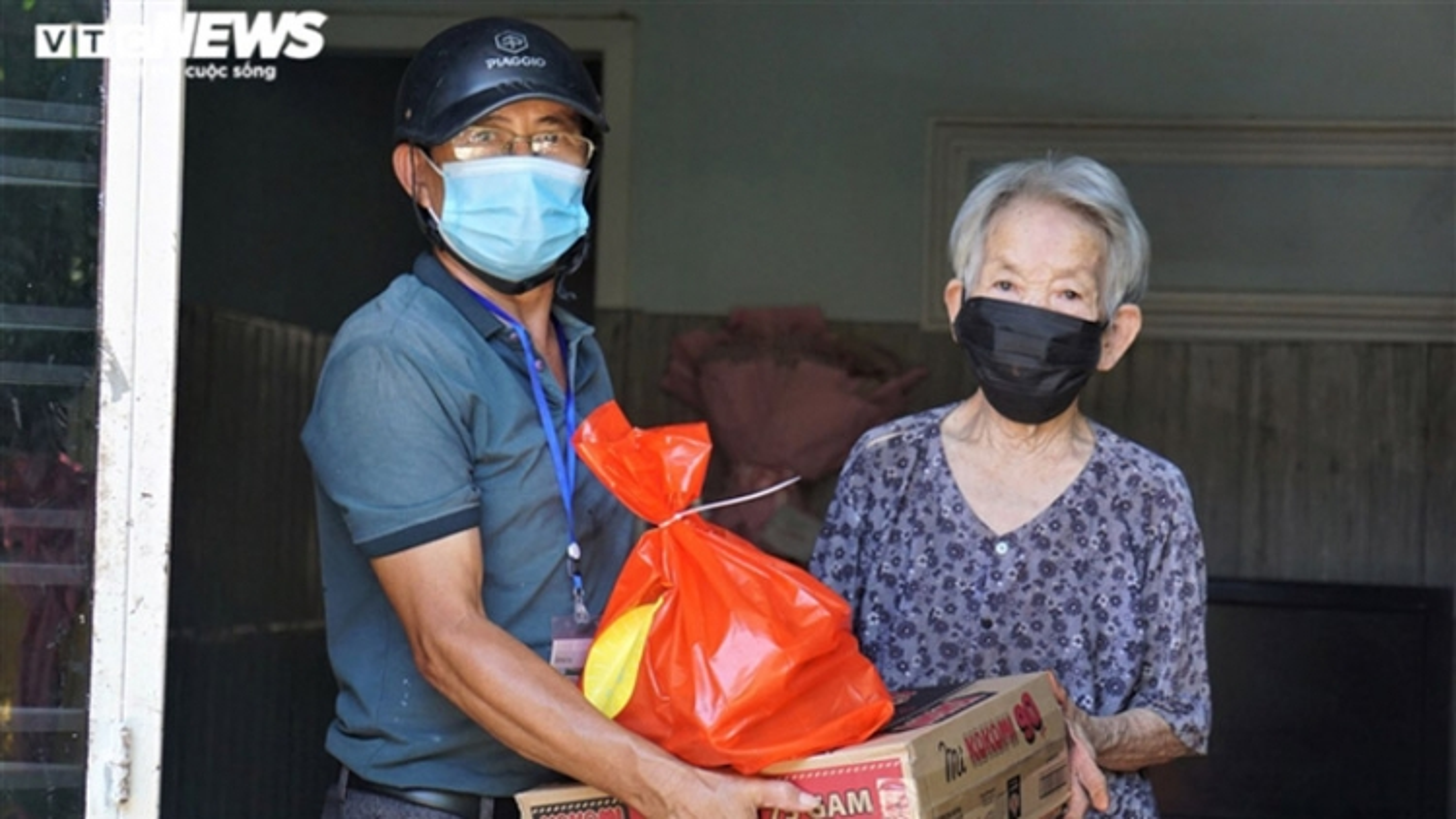 Locals in Da Nang receive necessities for COVID-19 fight