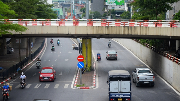 Hanoi roads still crowded despite stricter COVID-19 measures in place