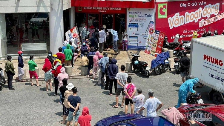Queues hit HCM City stores before tighter social distancing rules in effect