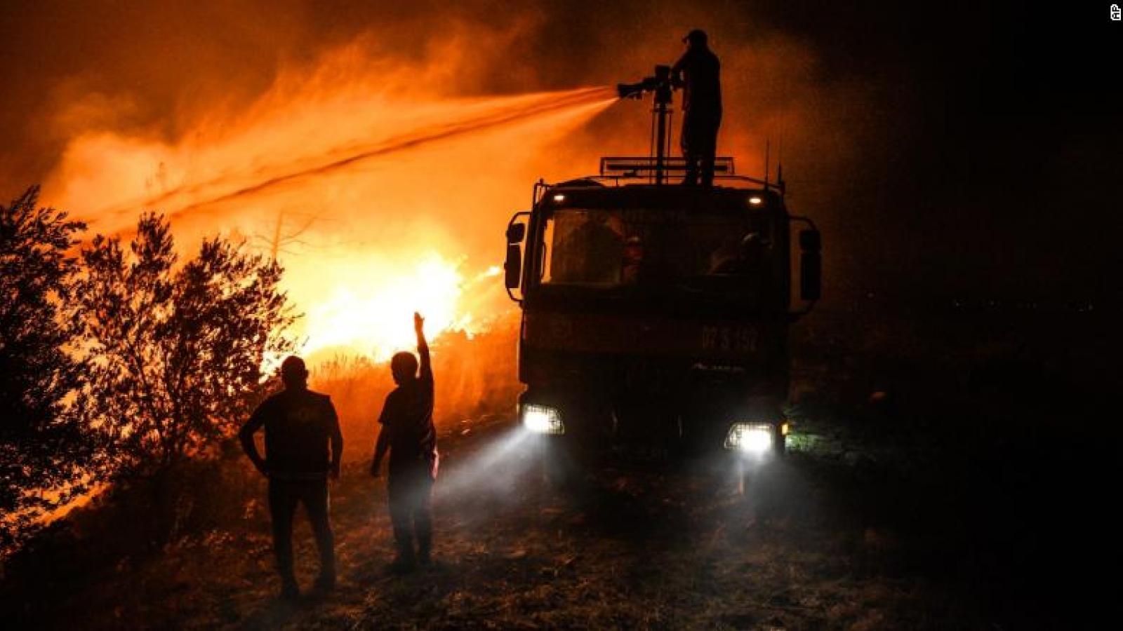 Video: Cháy rừng nhuộm đỏ bầu trời ở Thổ Nhĩ Kỳ